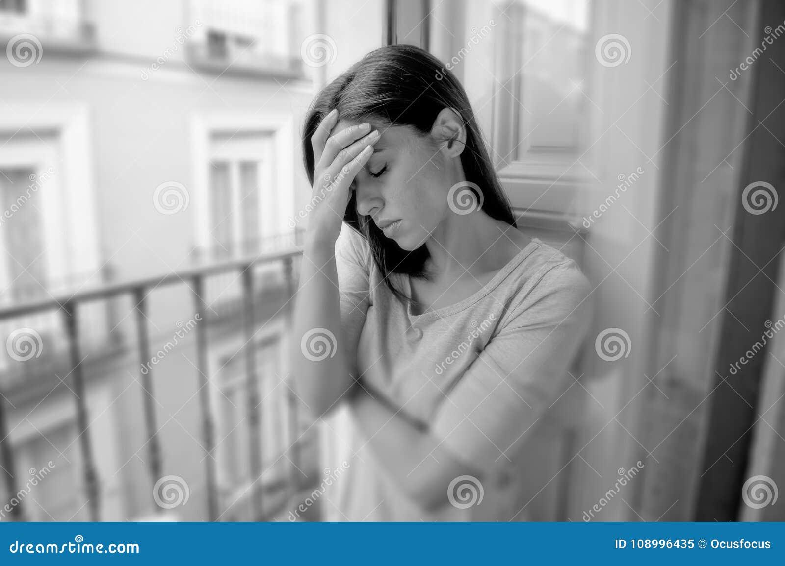 Balcão latino-americano desesperado triste da menina em casa que olha a desordem ou a depressão terrível de sofrimento comprimida