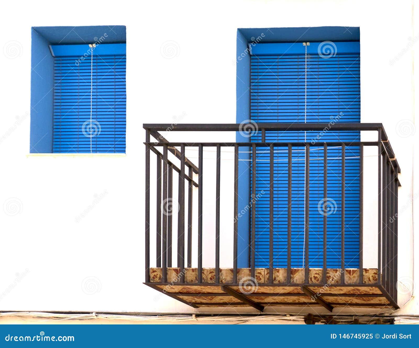 Balcón con la puerta y la ventana