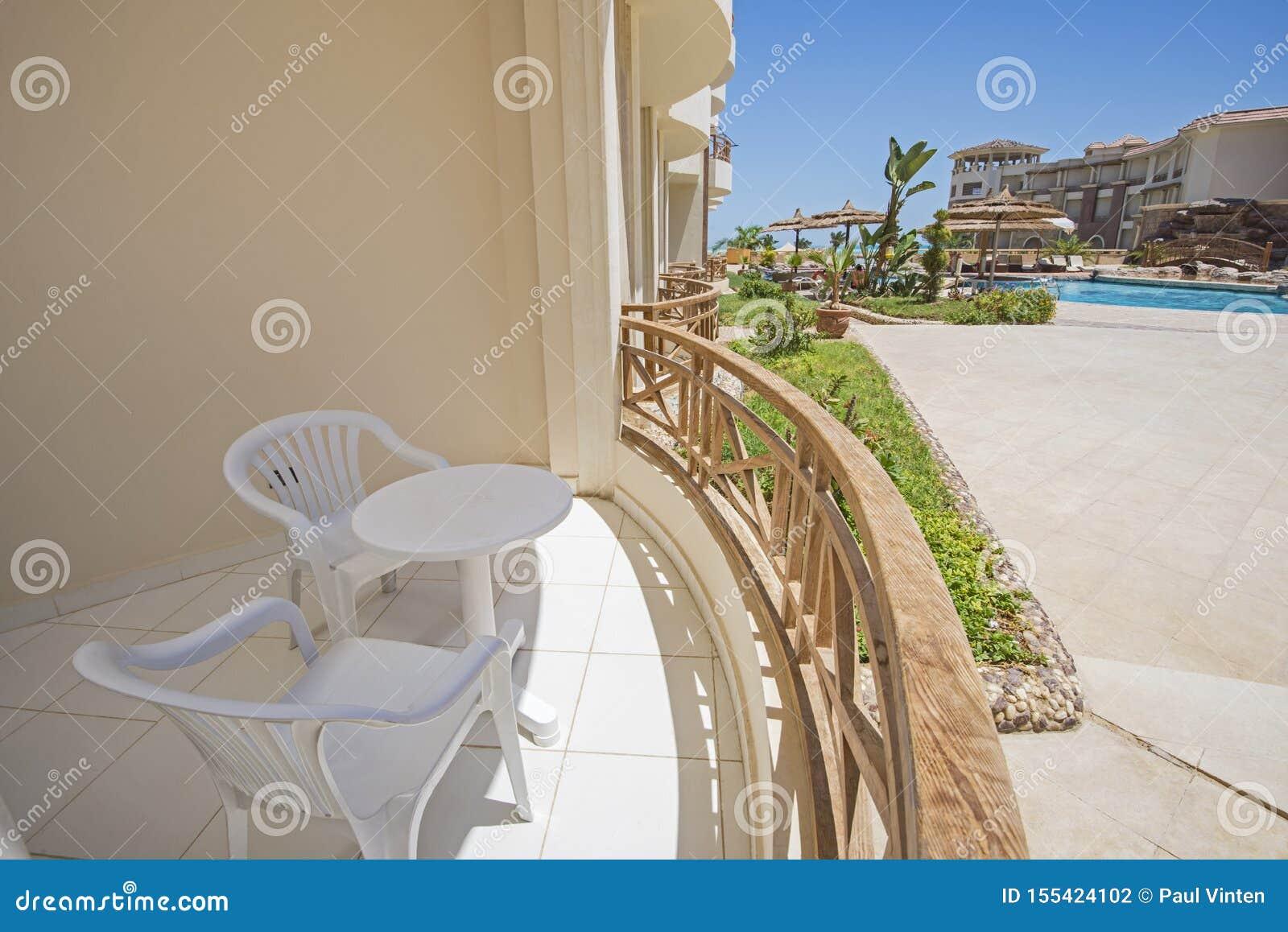 Balcón de la terraza con las sillas en el centro turístico tropical de lujo del apartamento