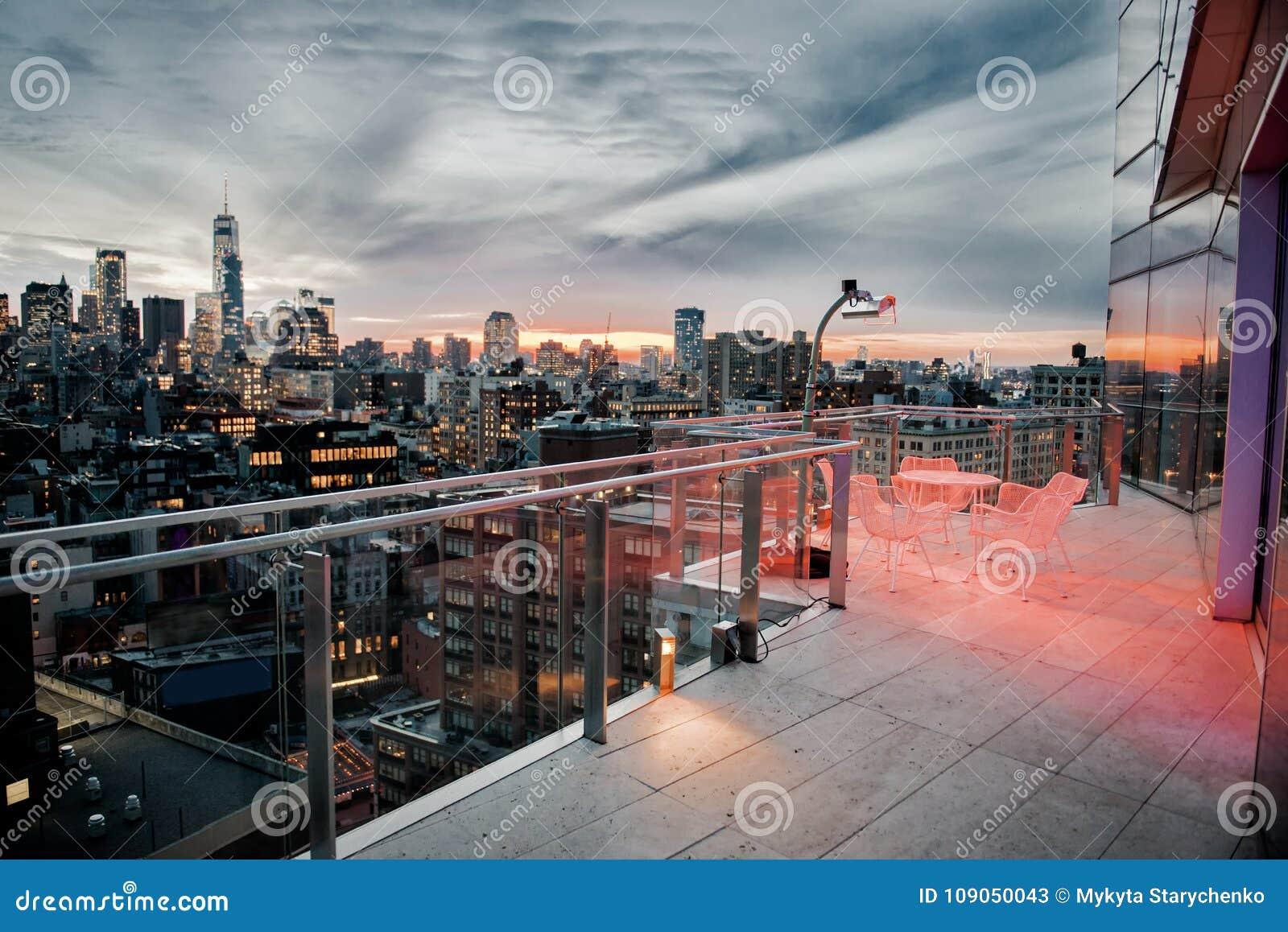 Balcón de lujo del tejado de la ciudad con área de refrigeración en el Midtown de New York City Manhattan Concepto de las propied