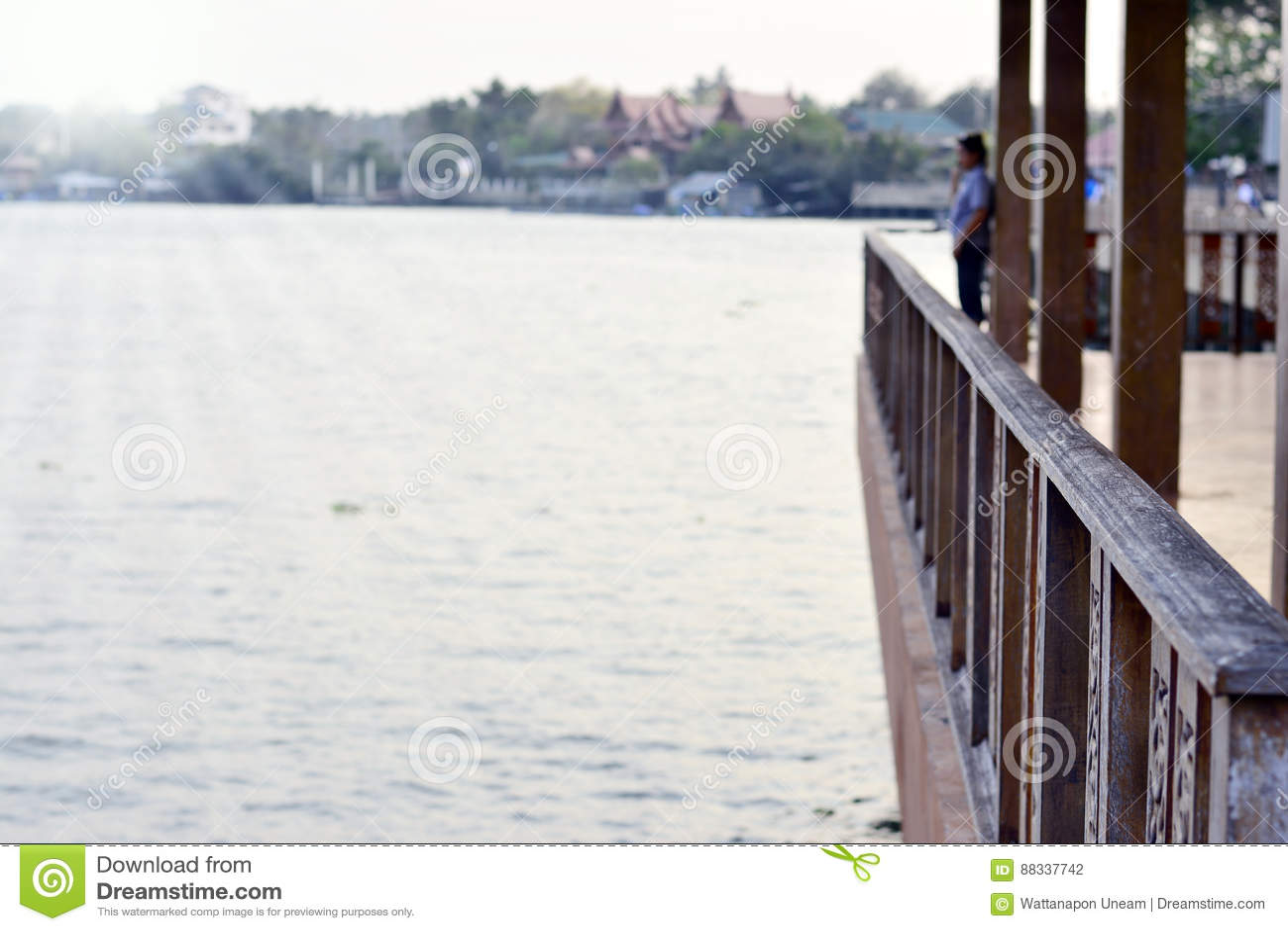 Balcón De Madera O Terraza De Madera Cerca Del Río Con Luz