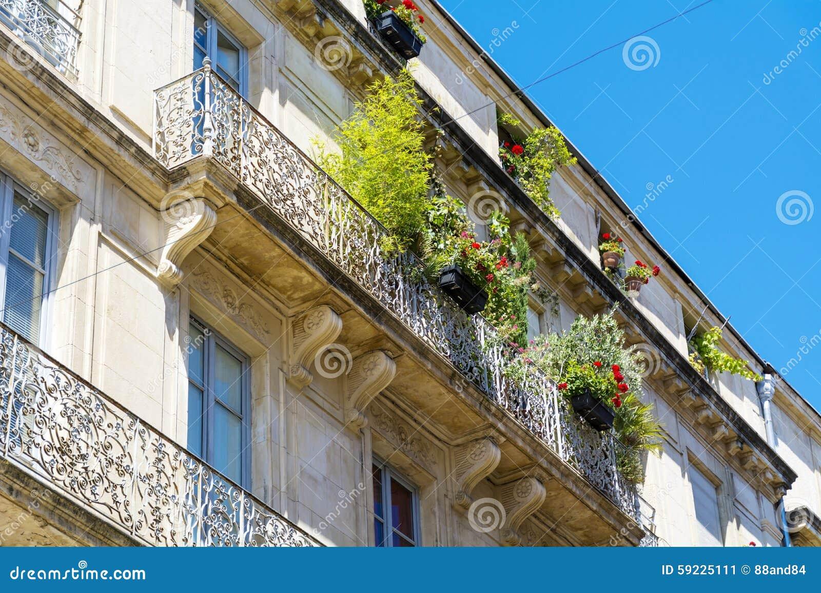 Balcón italiano del vintage hermoso con las flores verdes