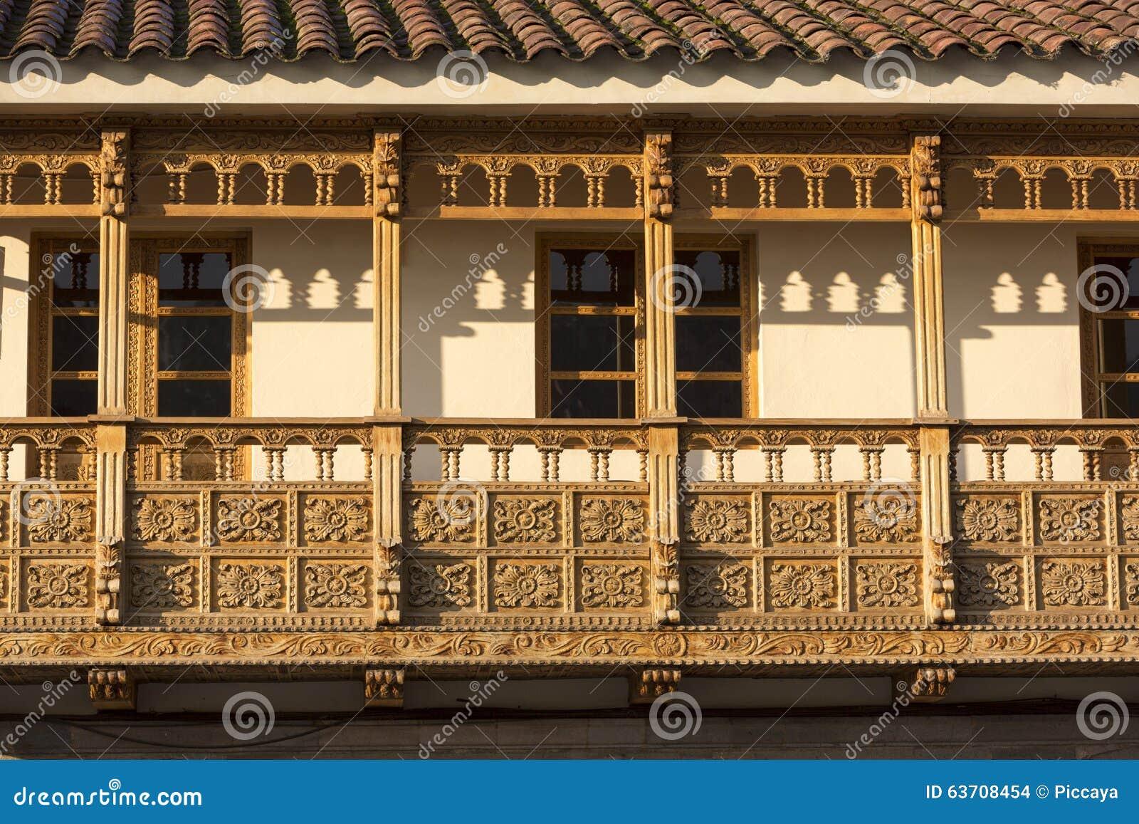 Balcões de madeira rústicos coloniais em Cusco, Peru