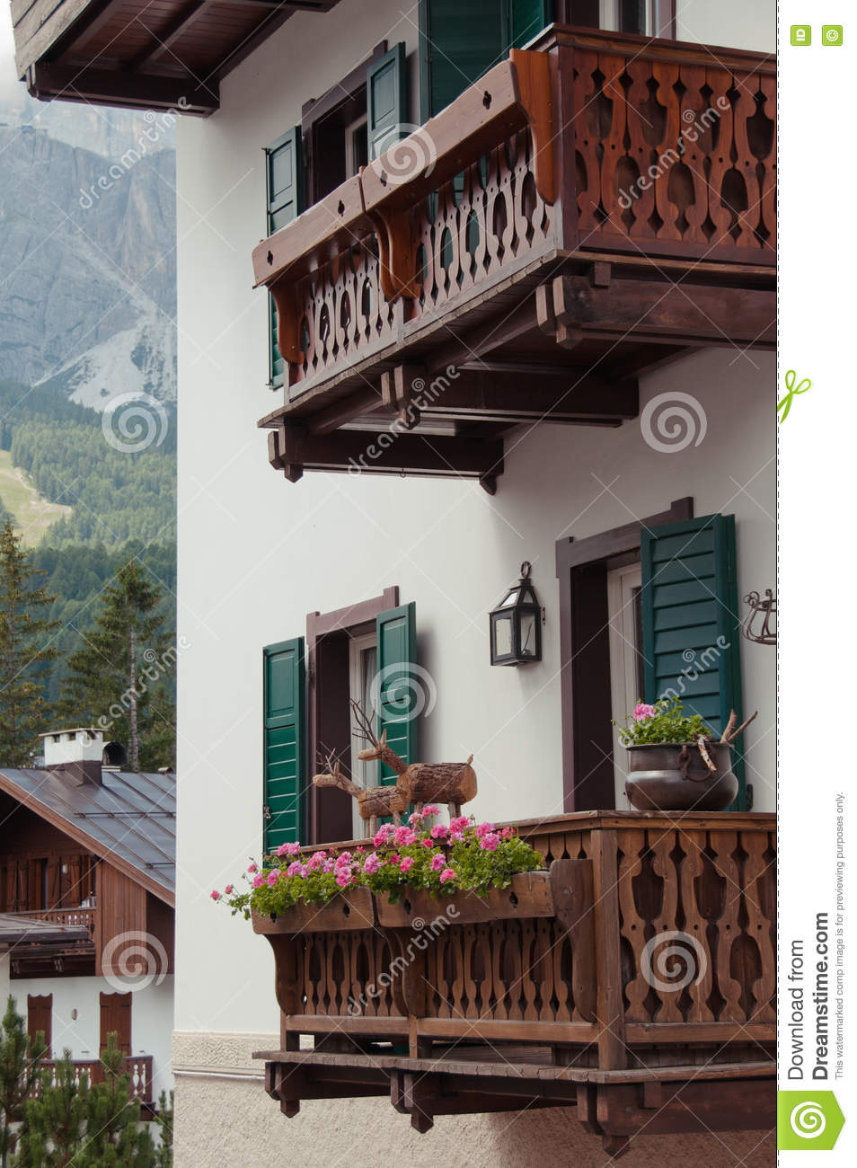 Balcon alpin traditionnel de maison photo stock image for Balcon de maison