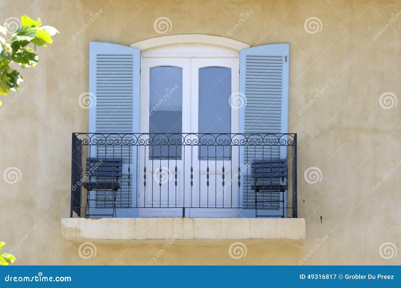 Auvent Balcon dedans balcon avec des portes de balustrade et d'auvent image stock