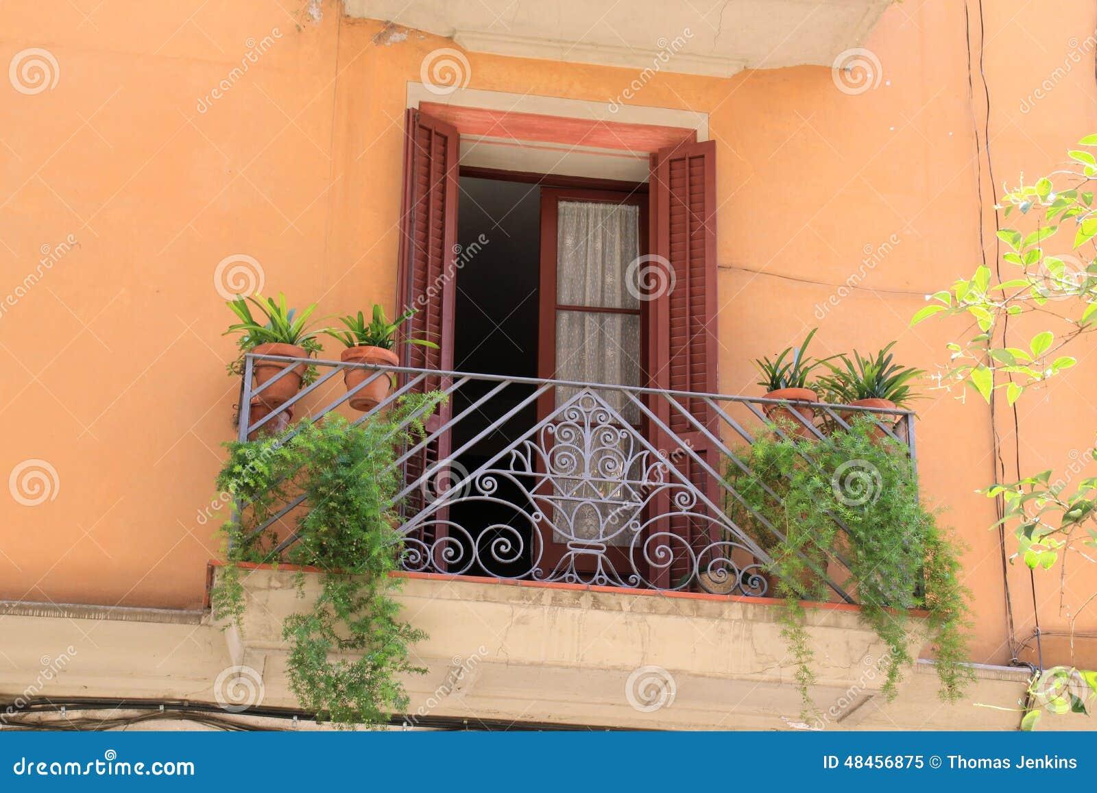 Auvent Balcon concernant balcon avec des portes et des usines d'auvent à barcelone, espagne