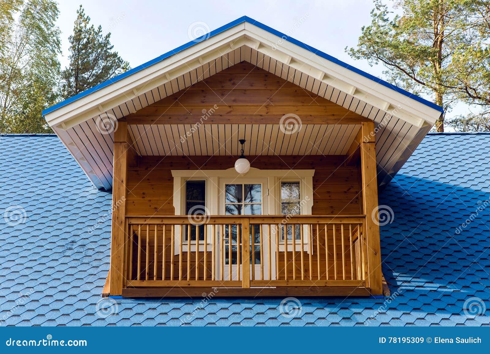 balcon en bois dans une petite maison avec le toit bleu image stock image du bleu. Black Bedroom Furniture Sets. Home Design Ideas