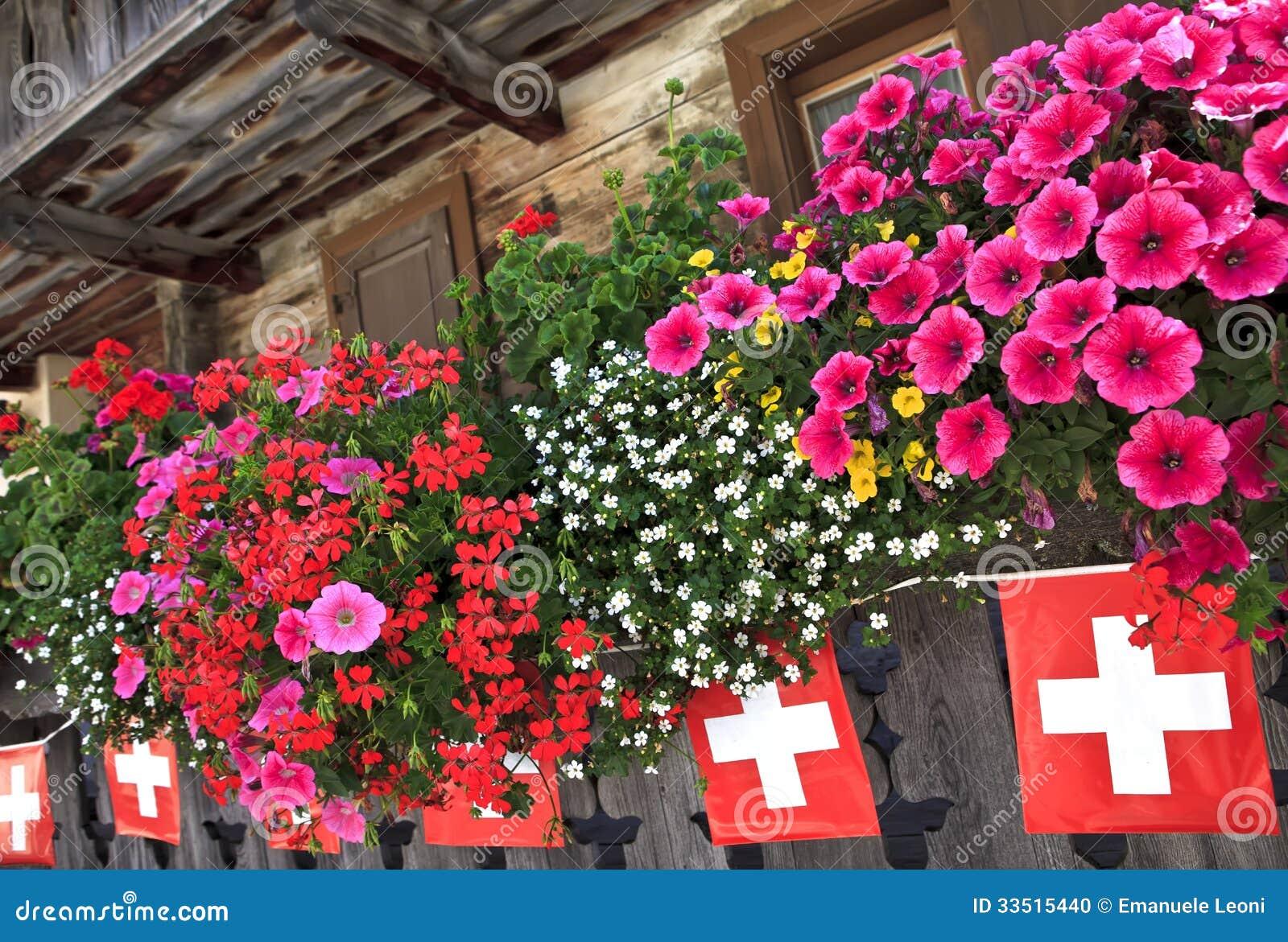balcon-et-drapeaux-sur-le-chalet-dans-les-alpes-suisses-33515440.jpg