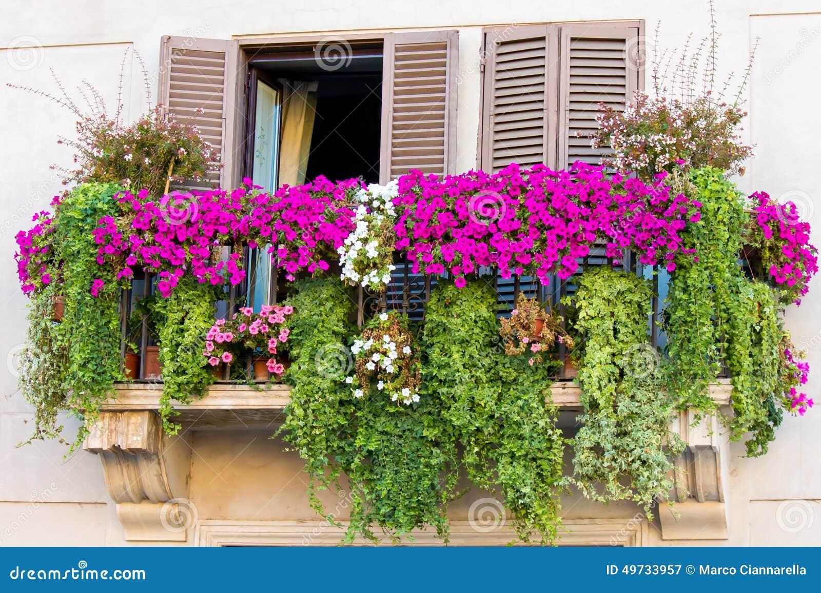 Balcon fleuri photo stock image 49733957 - Balcon de ville ...