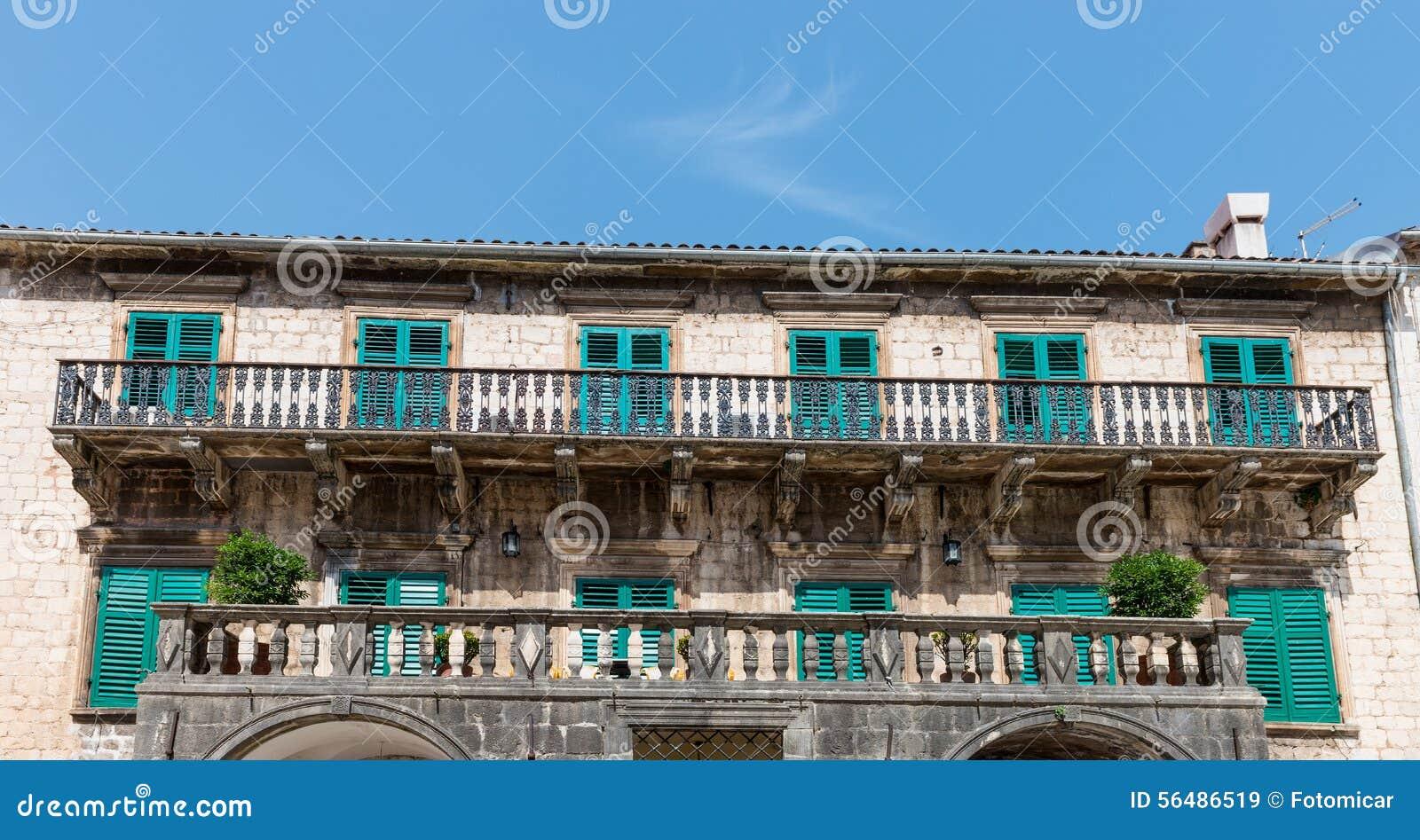 Balcon sur la vieille maison dans Kotor