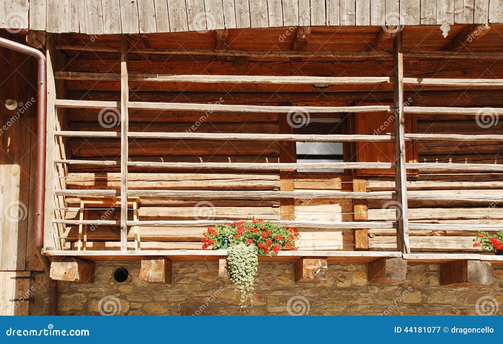 balcon sur le b timent de ferme en bois et de pierre photo. Black Bedroom Furniture Sets. Home Design Ideas