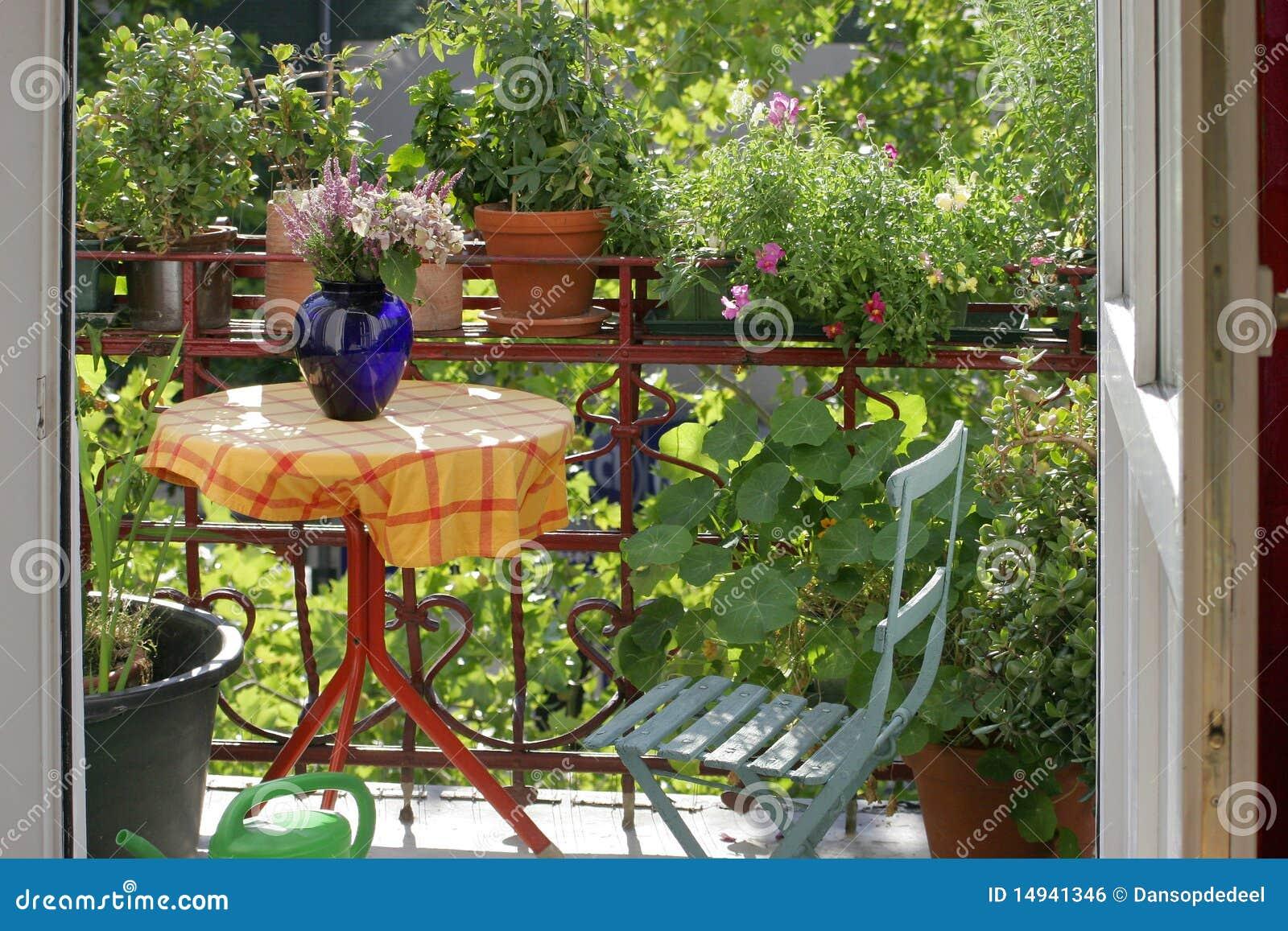 Balcone con i fiori e le piante fotografia stock for Fiori e piante da balcone