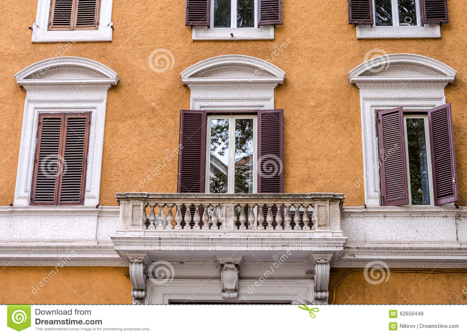 Balcone con le colonne e le finestre con gli otturatori - Le finestre roma ...