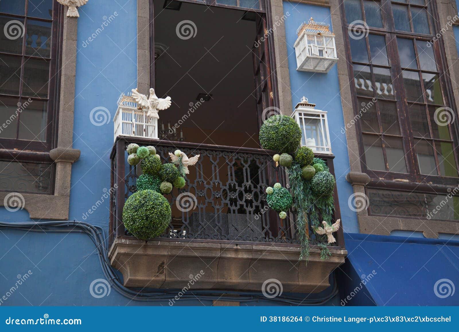 Balcone decorato con le gabbie per uccelli e le colombe fotografia