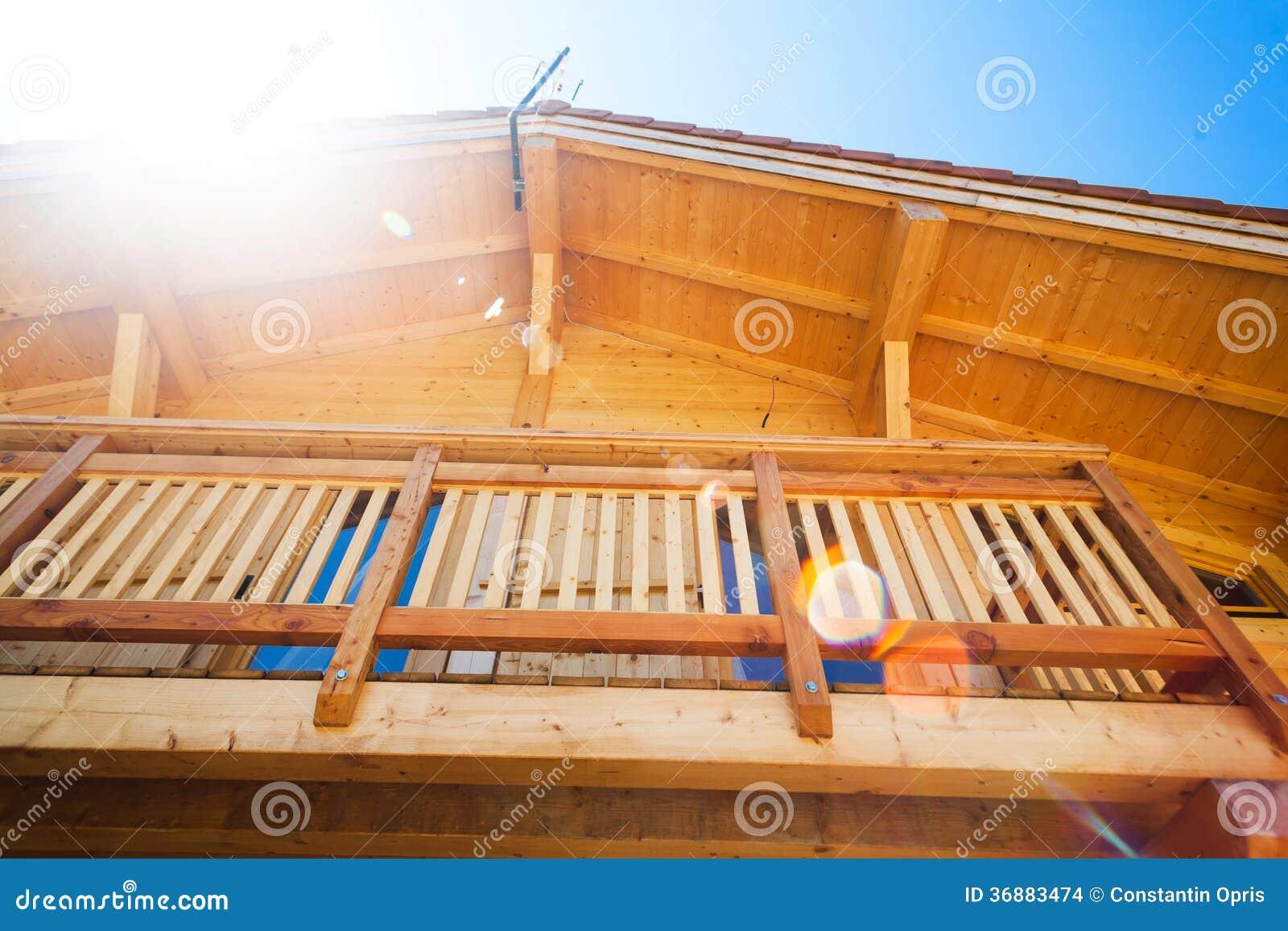Download Balcone domestico di legno fotografia stock. Immagine di fascio - 36883474