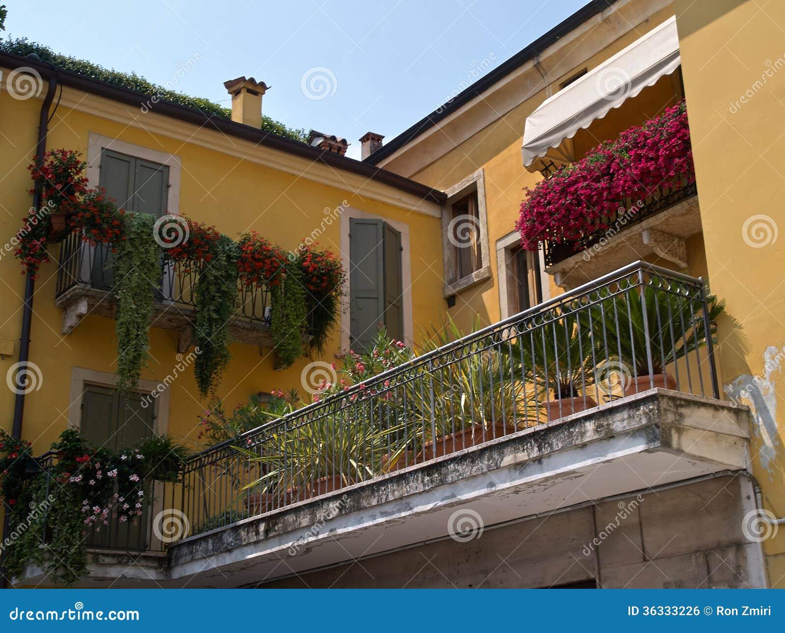 Balcone italiano tipico della casa con i fiori immagine for Design della casa libera