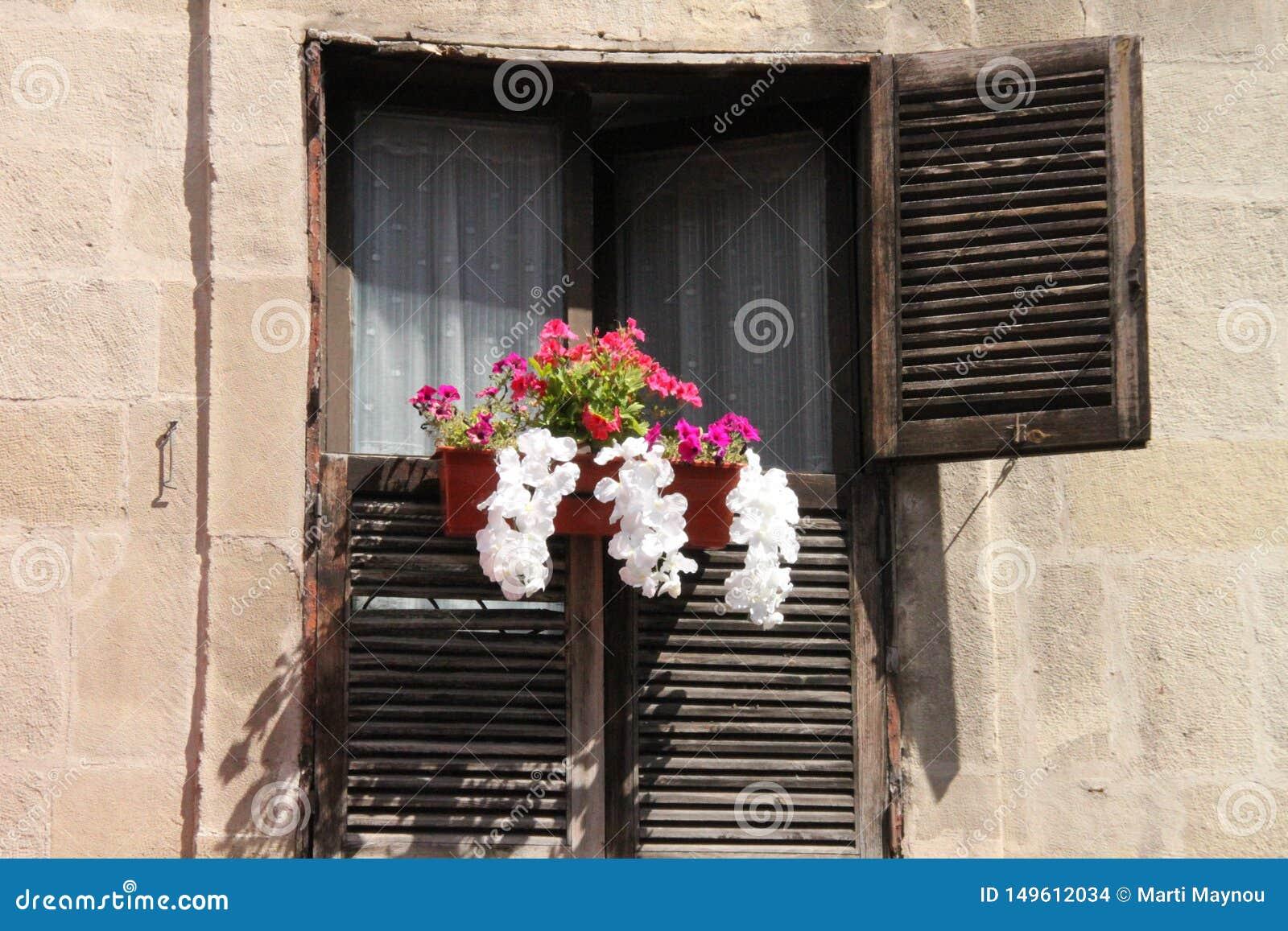 Balcone rustico con i fiori