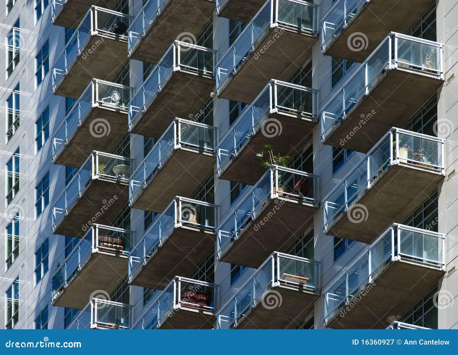 Balcones de cristal en la cara de un edificio alto - Balcones de cristal ...