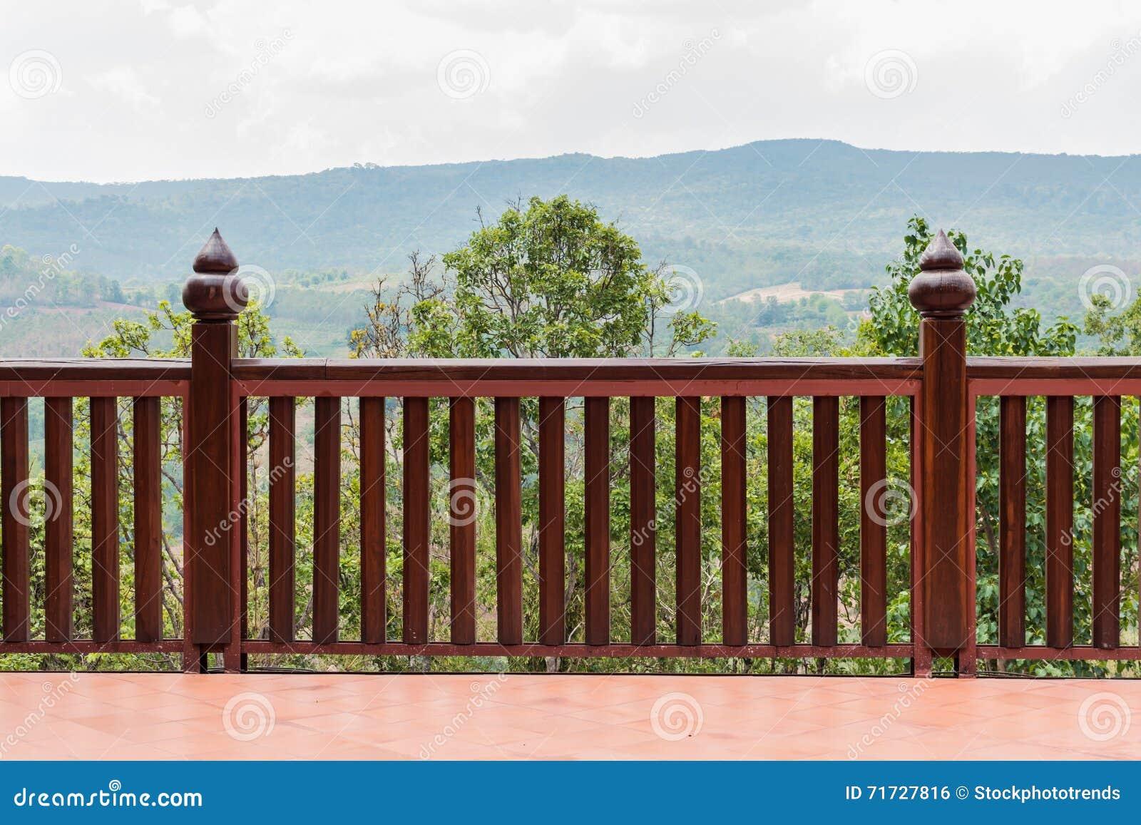 Balcones de madera alrededor del templo en la colina foto de archivo imagen 71727816 - Balcones de madera ...