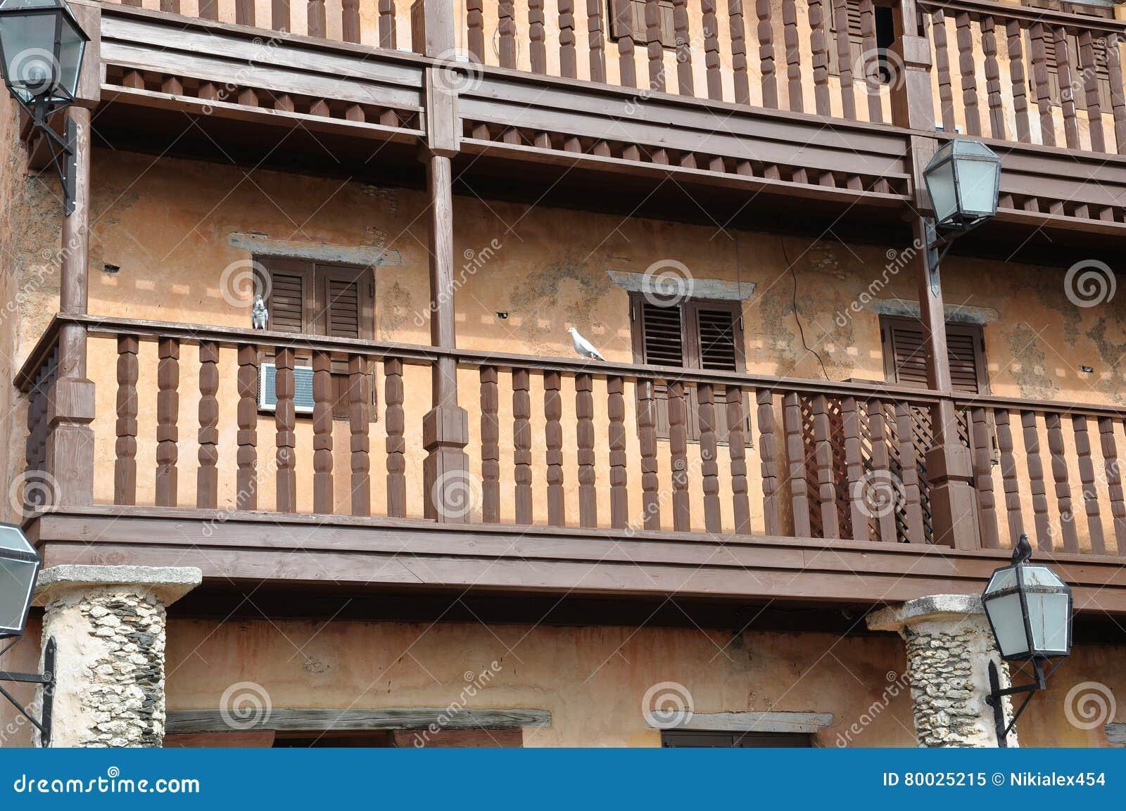 Balcones de madera de la foto en una casa vieja en el for Balcones madera exterior