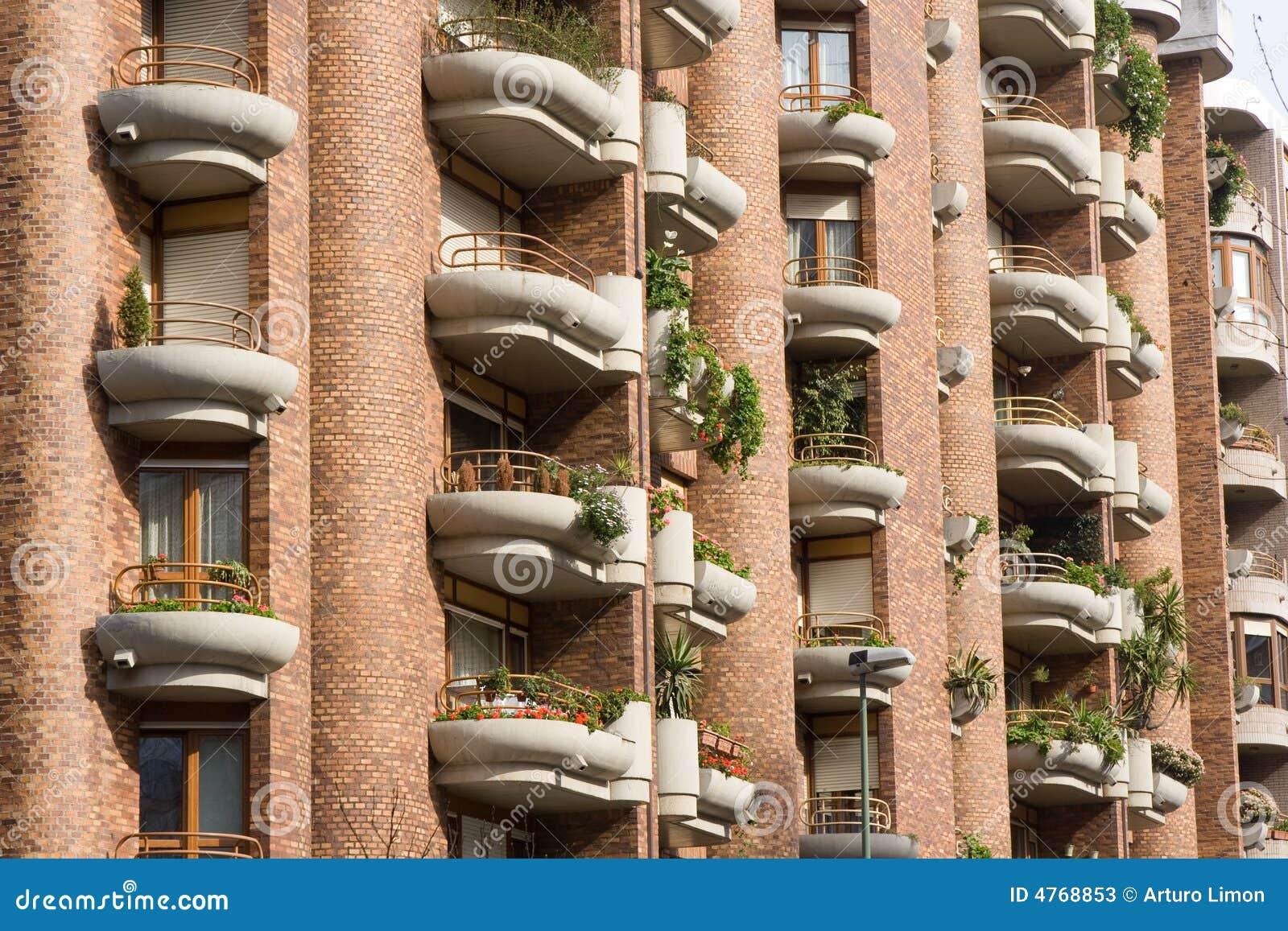 Balcones y ventanas con las plantas fotos de archivo for Balcones con plantas