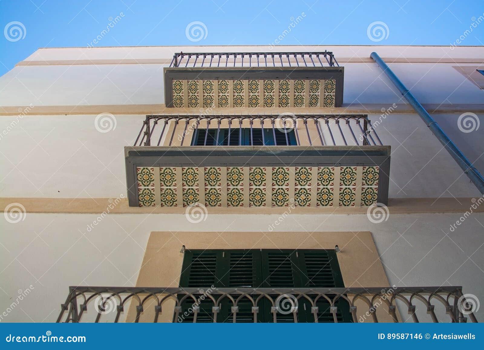 Balconi con le piastrelle per pavimento decorative fotografia