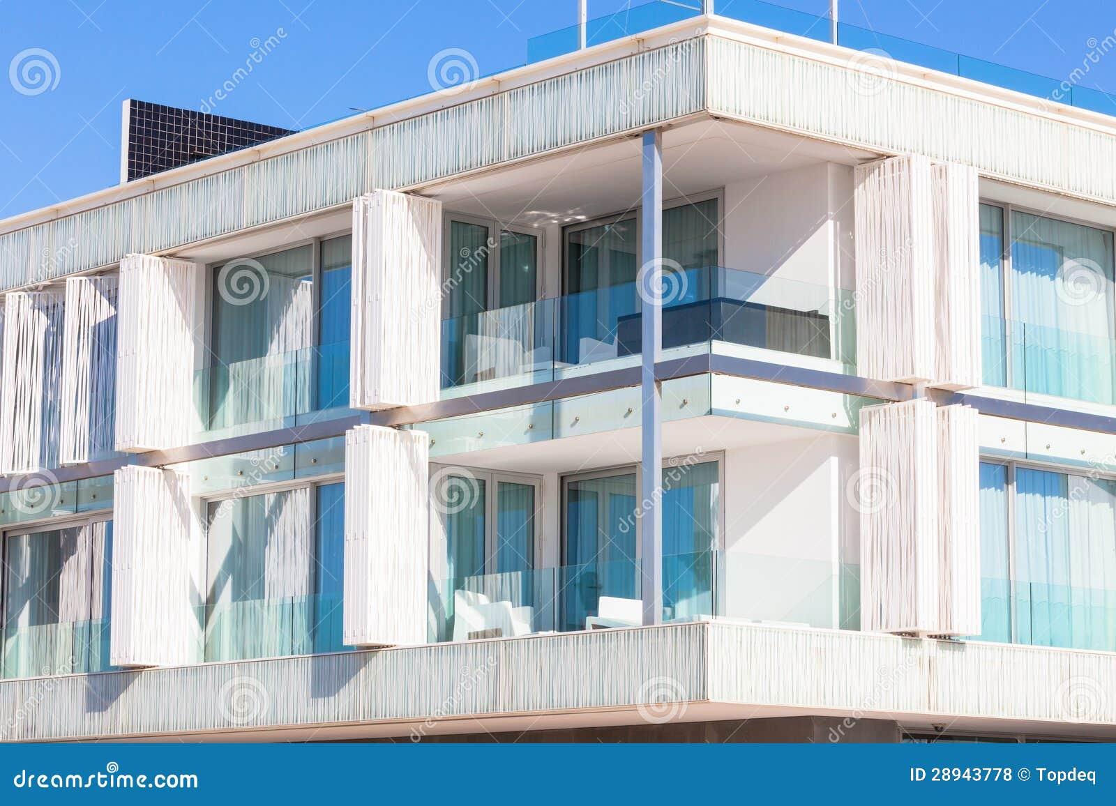 Balconi in un nuovo condominio della parete di vetro for Balconi condominio