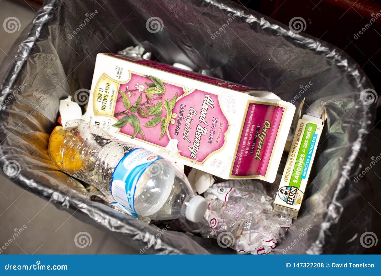 Balde do lixo com lixo