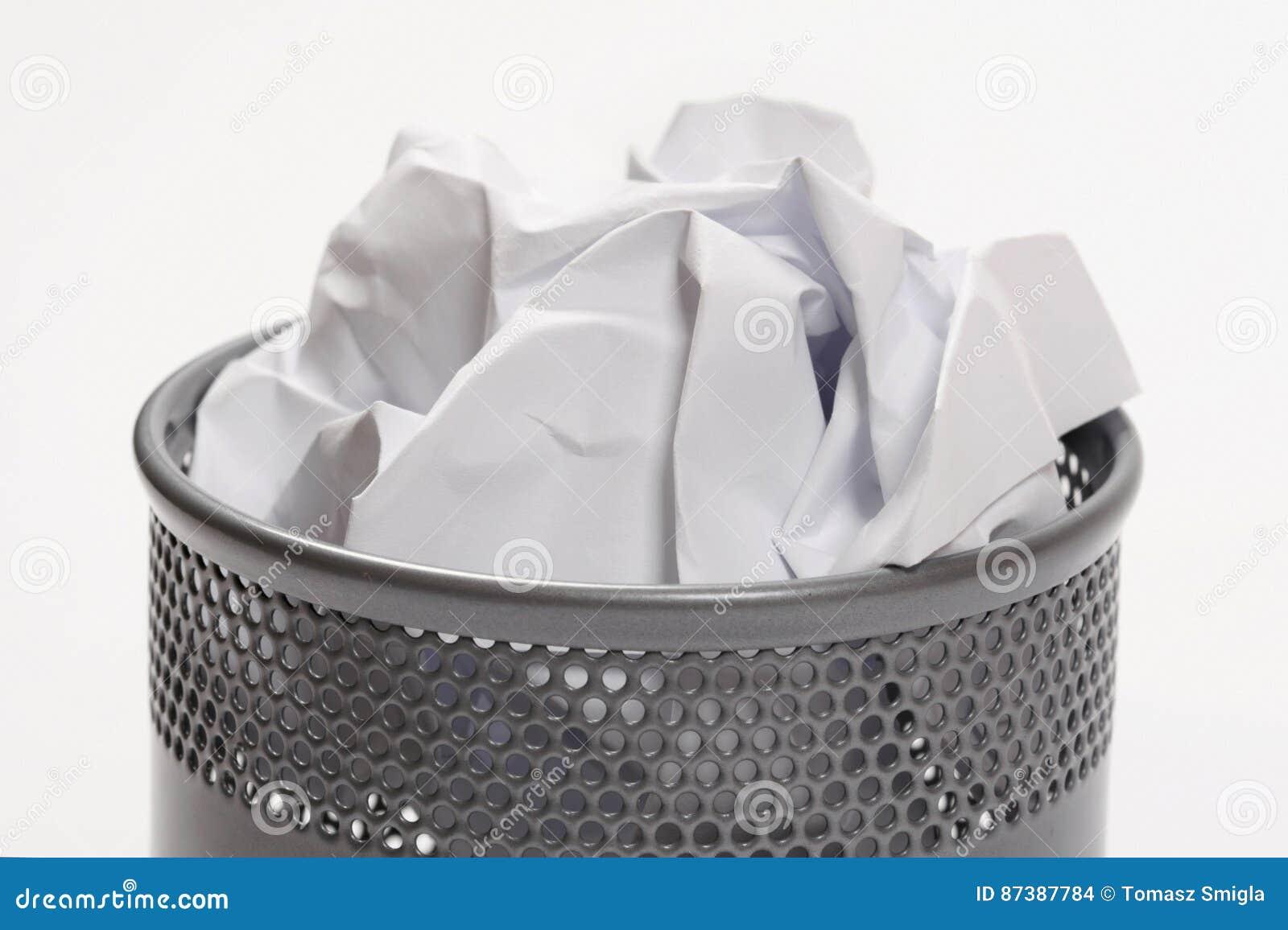 Balde do lixo completamente dos papéis