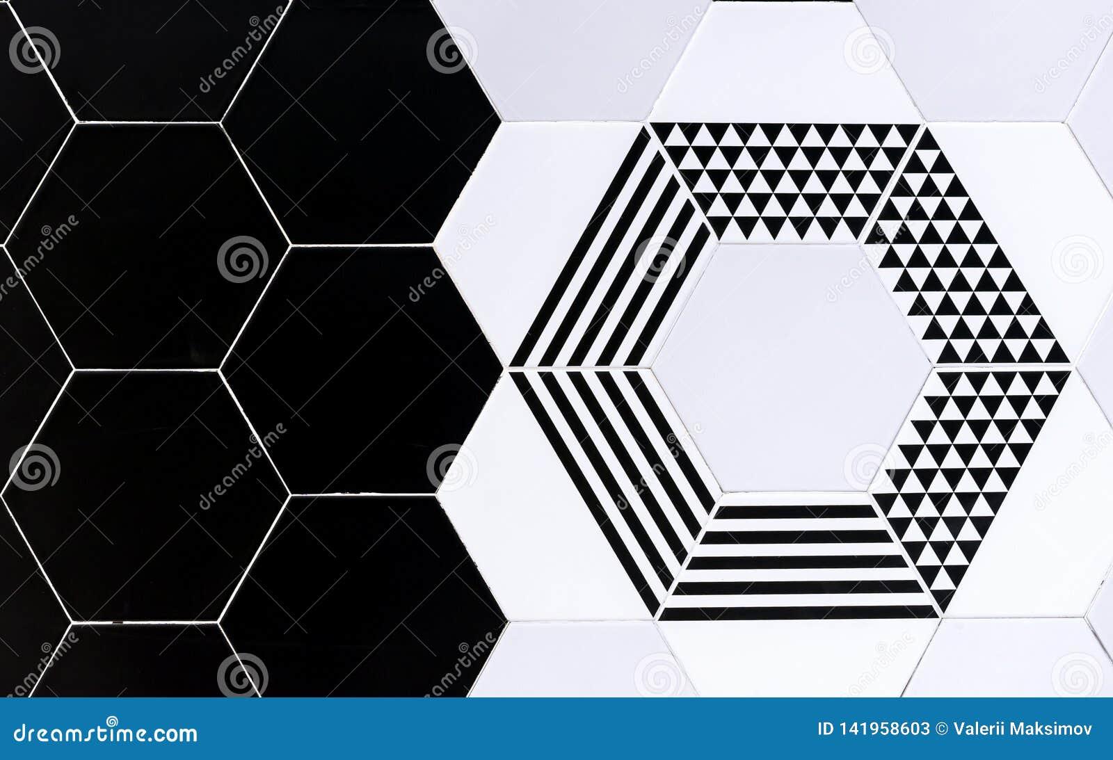 Baldosas cerámicas con los modelos geométricos Baldosas cerámicas blancos y negros del fondo