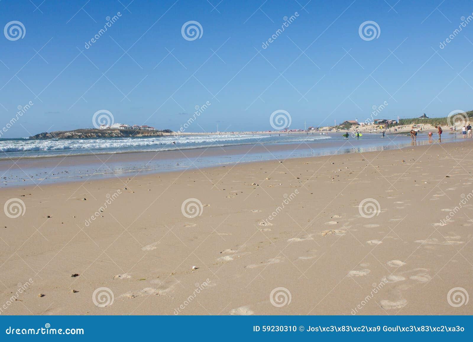 Download Baleal Long Beach En La Marea Baja Y El Pueblo De Baleal (Peniche, Portugal) Por La Tarde Foto de archivo - Imagen de atlántico, resaca: 59230310
