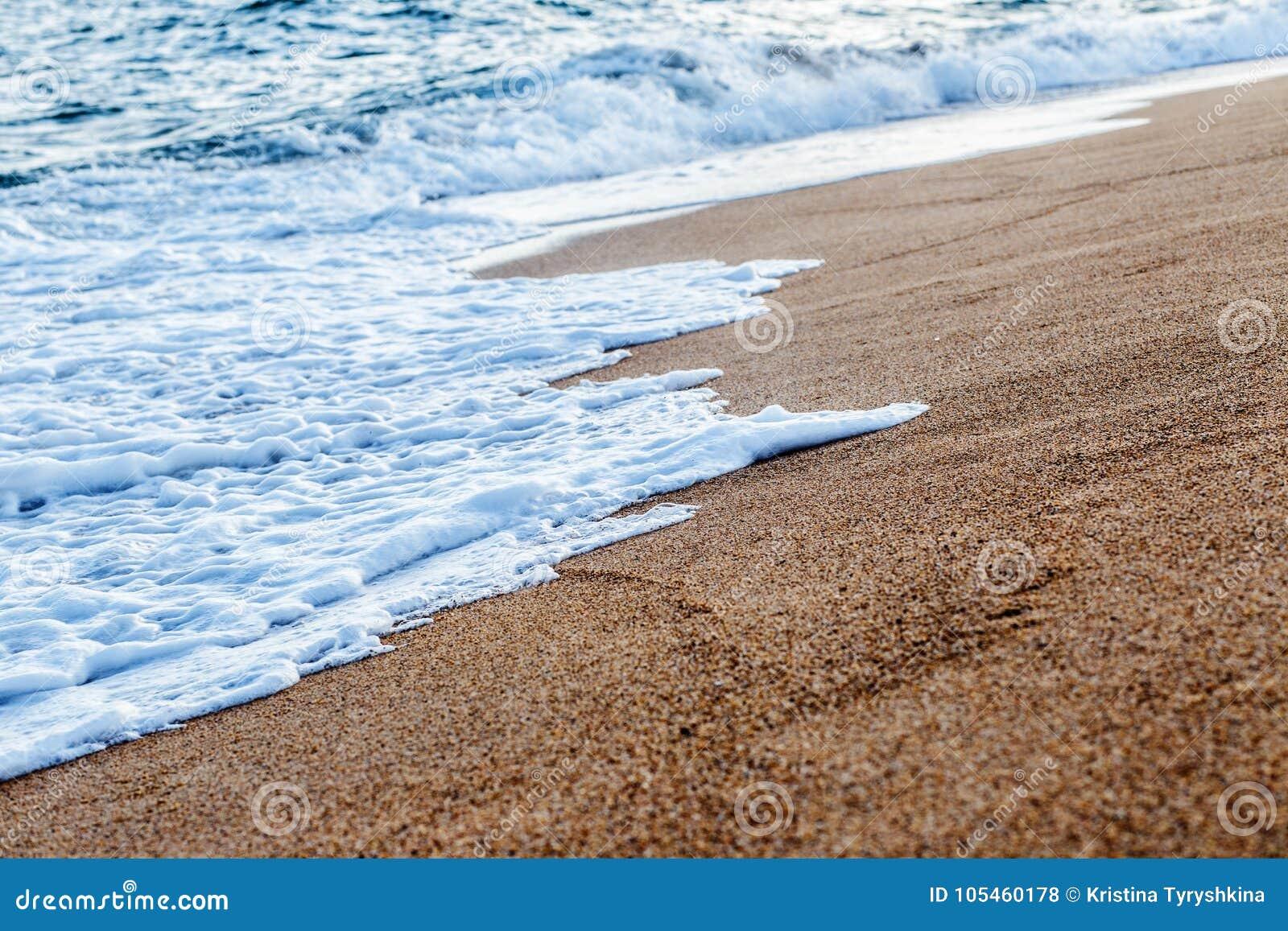 Balearic morze w Hiszpania Miękkiej części fala błękitny ocean na piaskowatej plaży Tło Selekcyjna ostrość Lato natury plenerowa