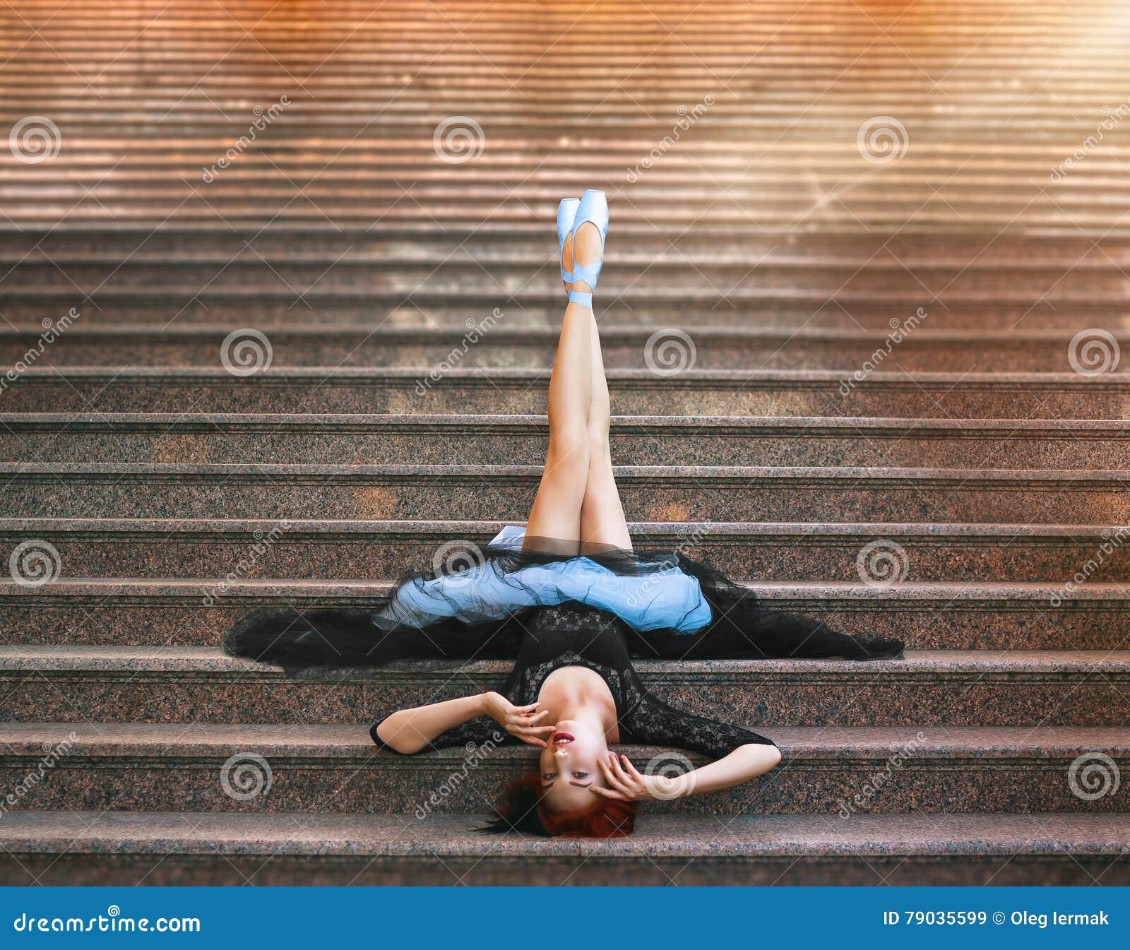 Balerina pozuje na schodkach