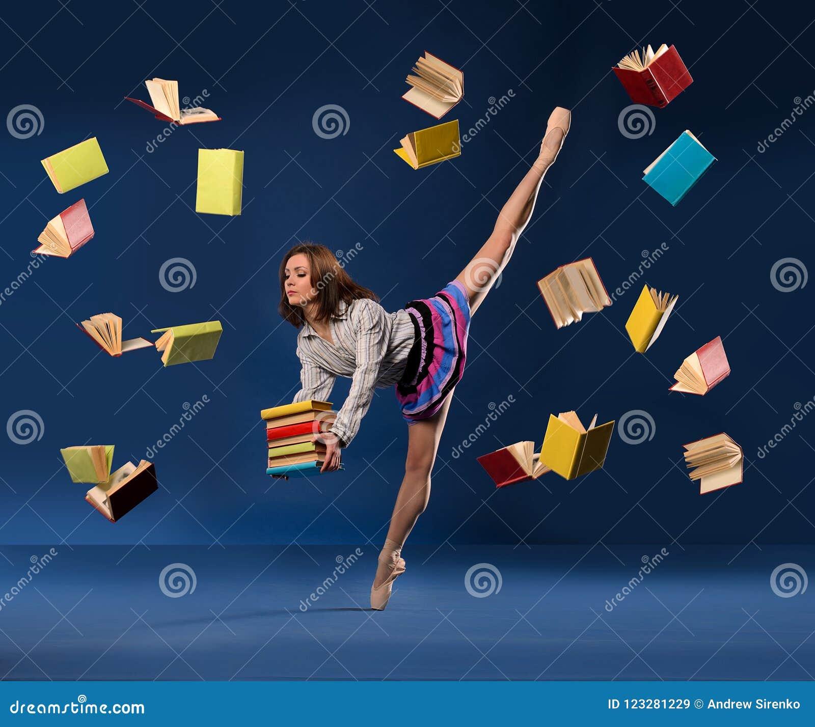 Balerina w formie uczennica z palowymi książkami
