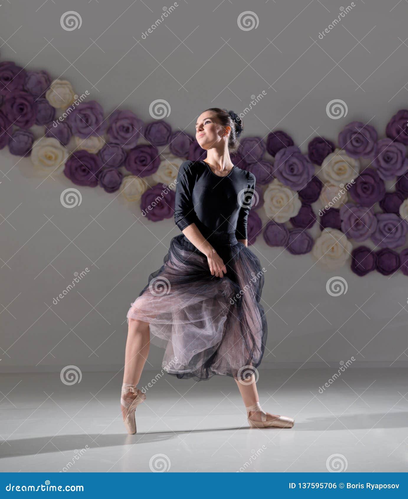 Balerina w stażowej sali
