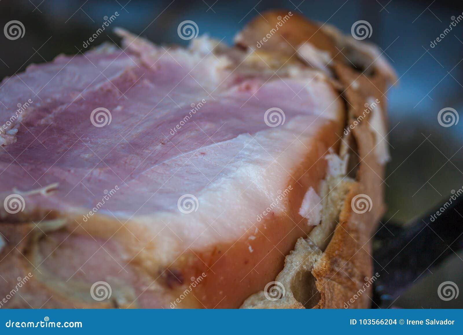 Baleron gotujący w chlebie