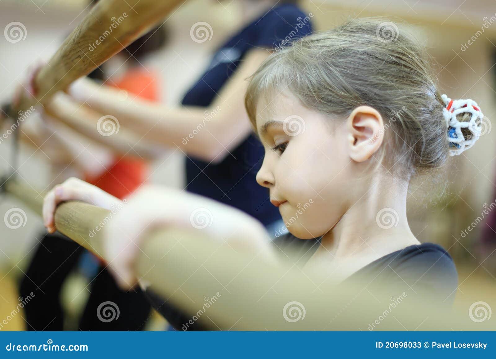 Baleta klasa koncentrująca twarzy dziewczyna trochę