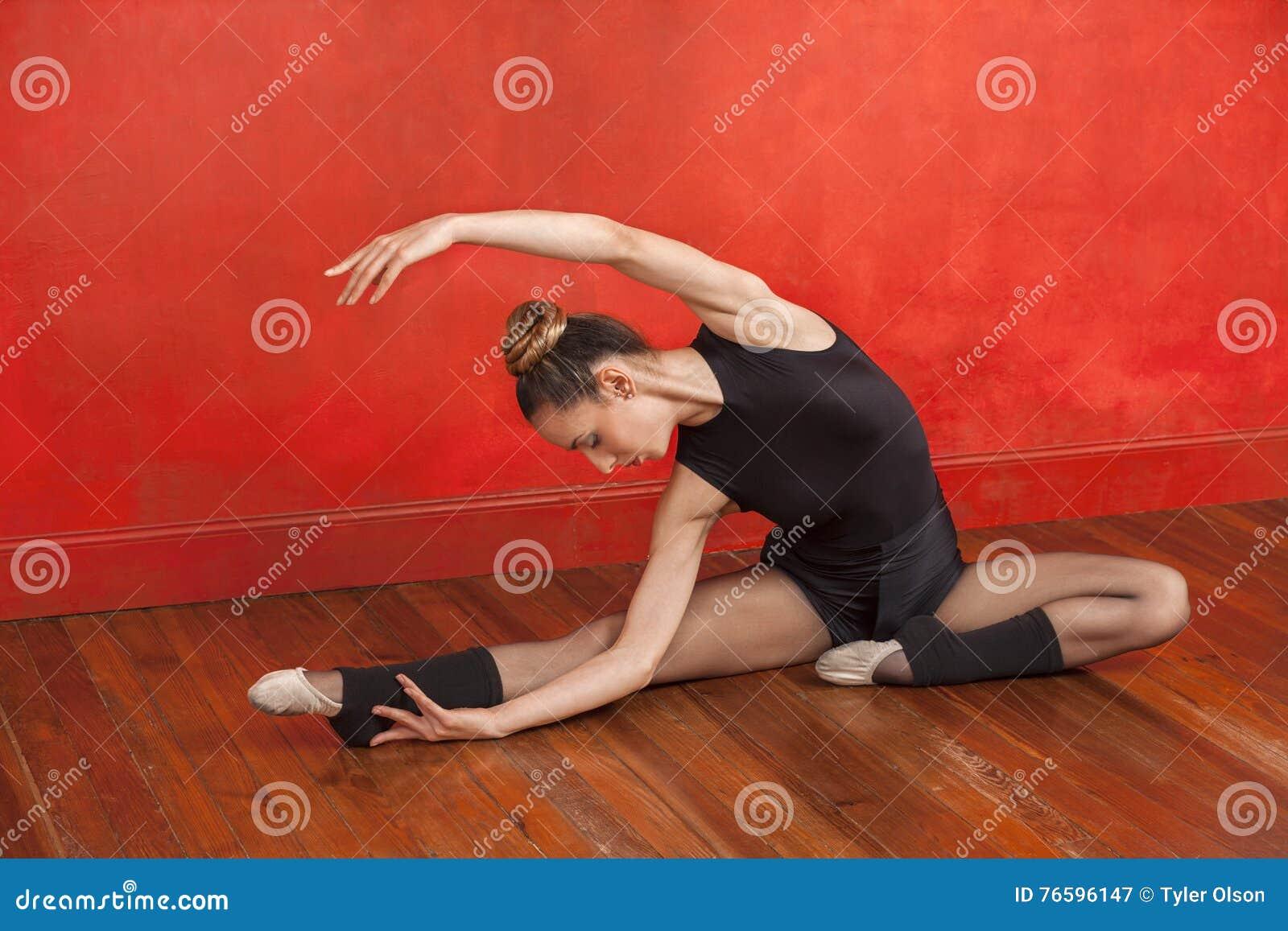 Baletniczy tancerz Ćwiczy W tana studiu