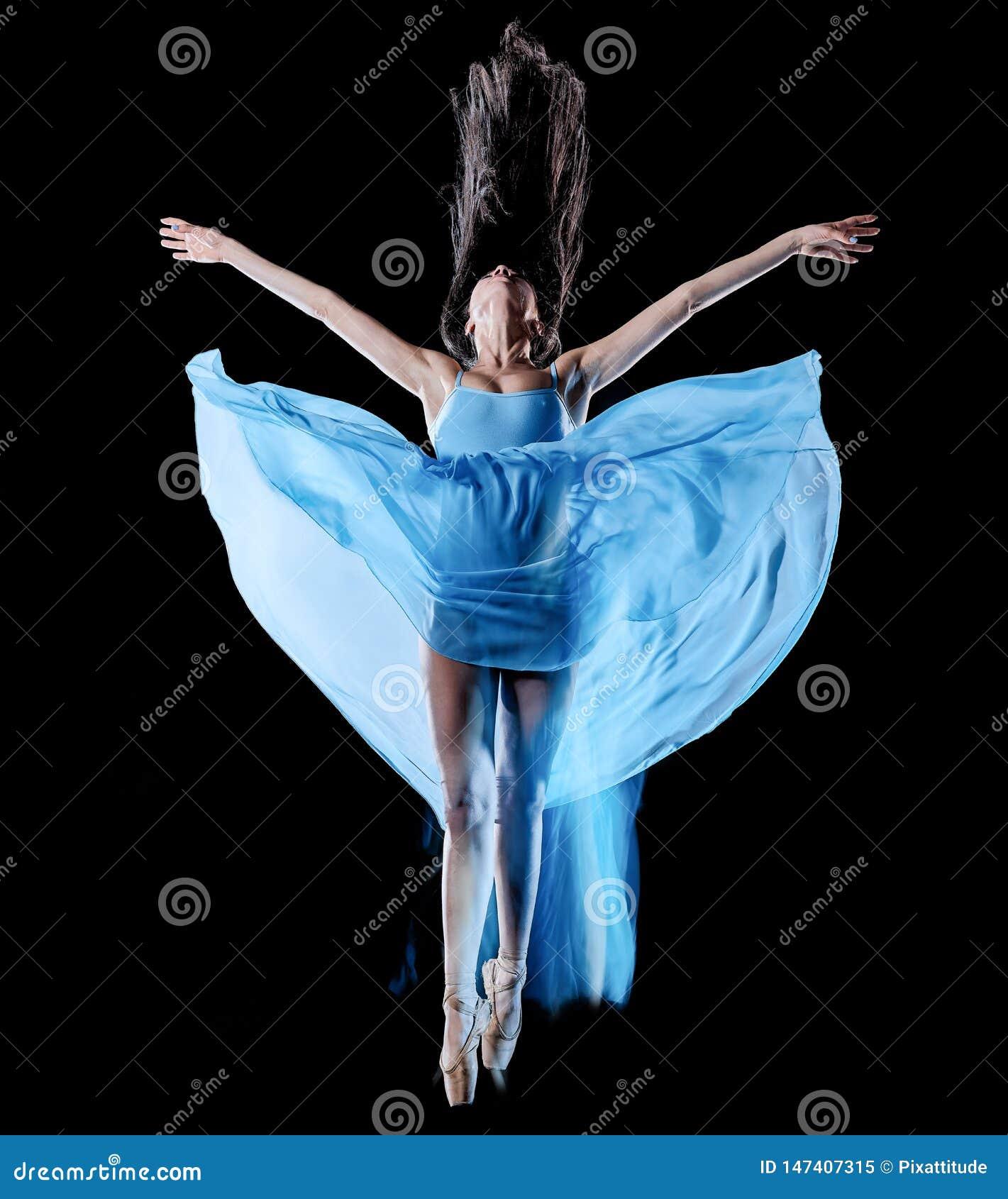 Balettdans?r f?r ung kvinna som dansar isolerad svart bakgrundsljusm?lning