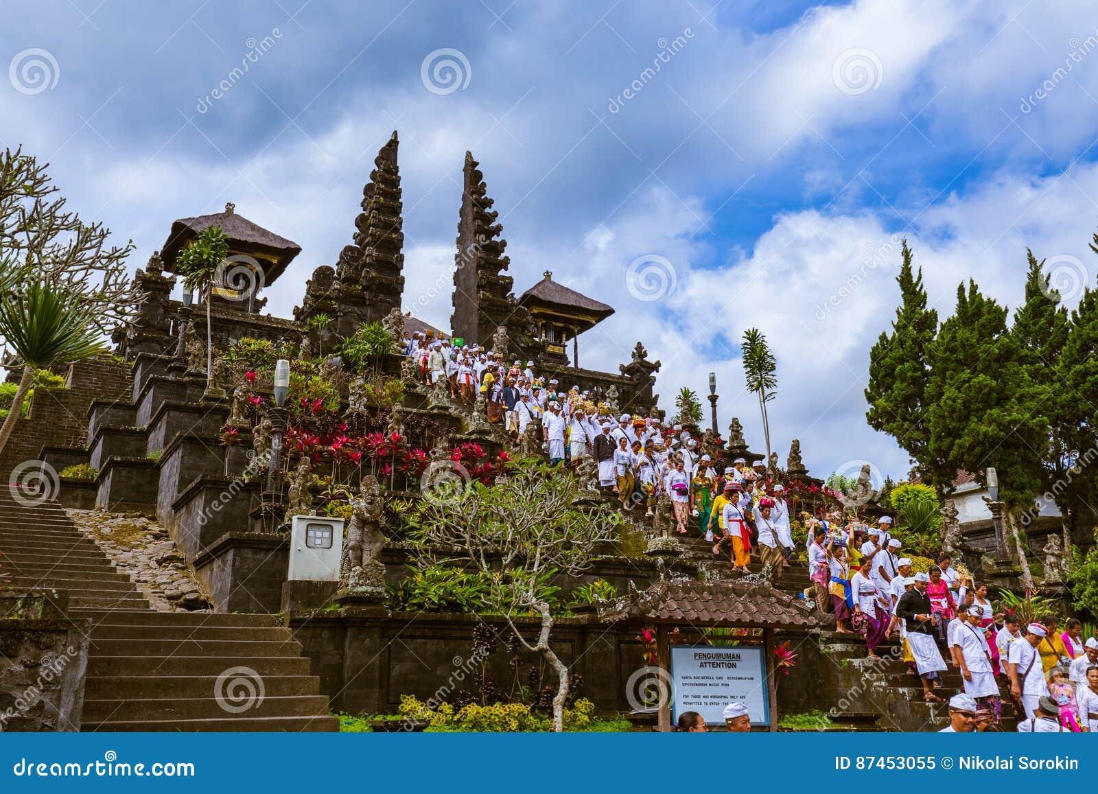 BALI INDONÉSIA - 26 DE ABRIL: Orações em Pura Besakih Temple em abril
