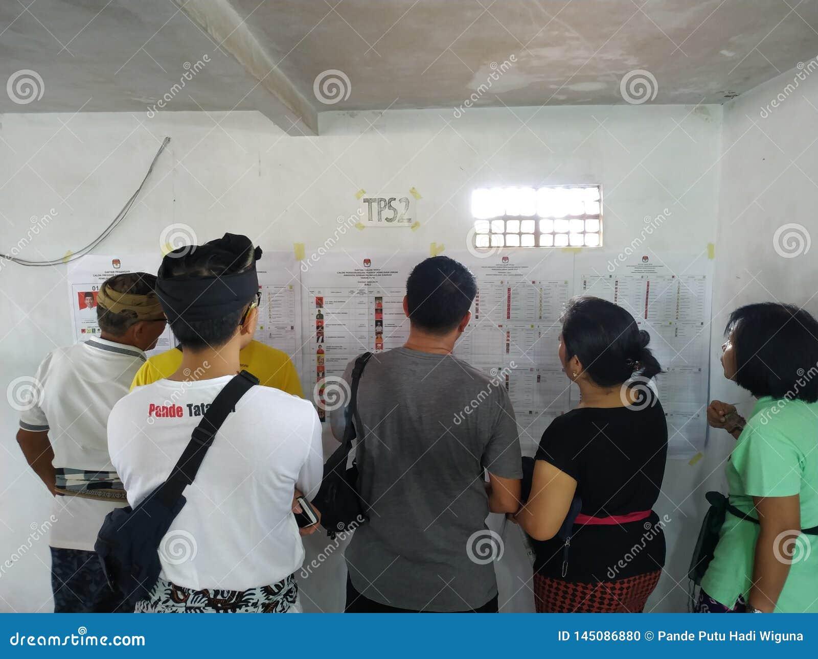 17 bali/indonesia-APRIL 2019: De Balinese mensen stemmen voor de voorzitter en het parlement 2019 Zij gaan naar opiniepeilingspos