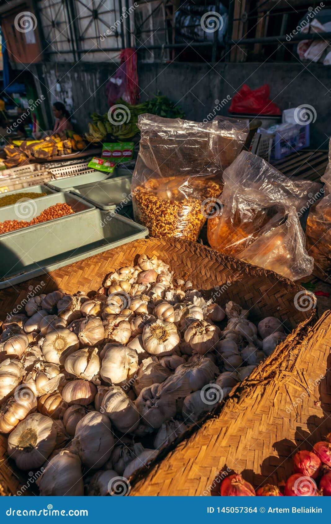 BALI, INDONESIA - 21 DE FEBRERO DE 2019: Ajo org?nico en un mercado asi?tico local de la comida Isla de Bali