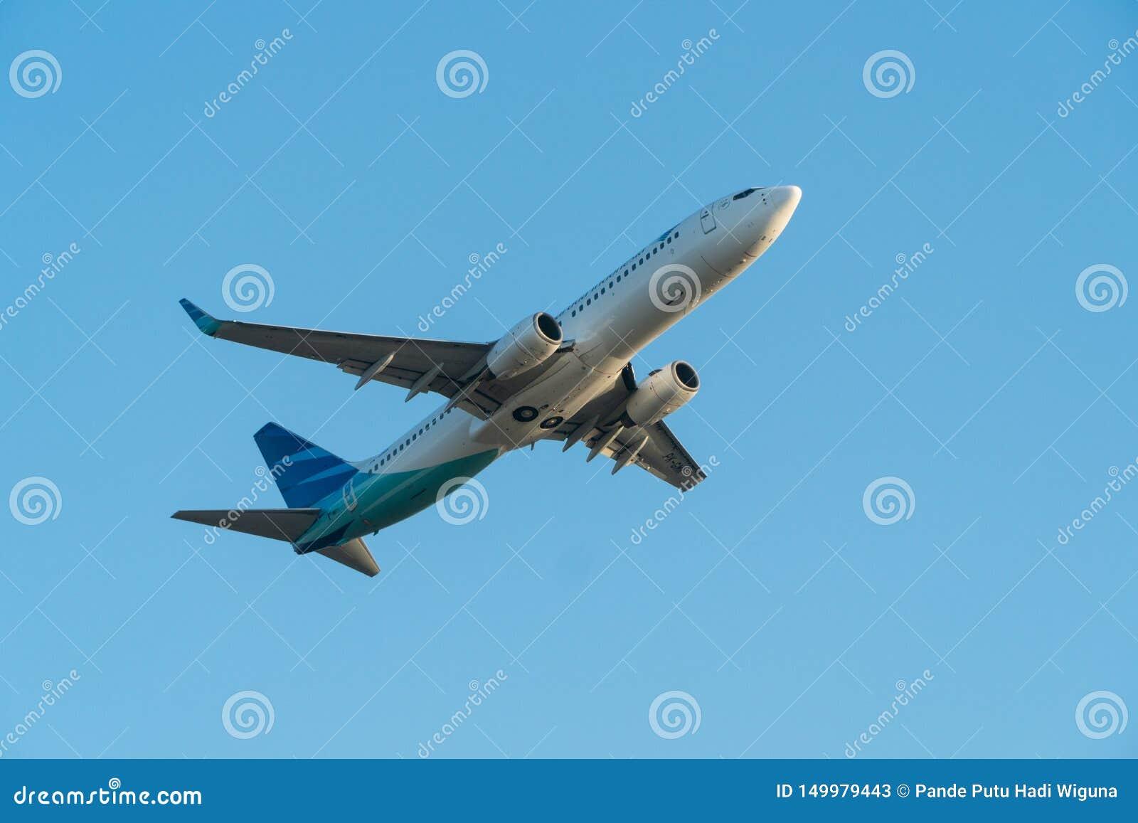 BALI/INDONESIA-JUNE 06 2019: Garuda Indonesia ett av flygbolagen i Indonesien, som sammanfogar himmellaget, flyger över blåtten
