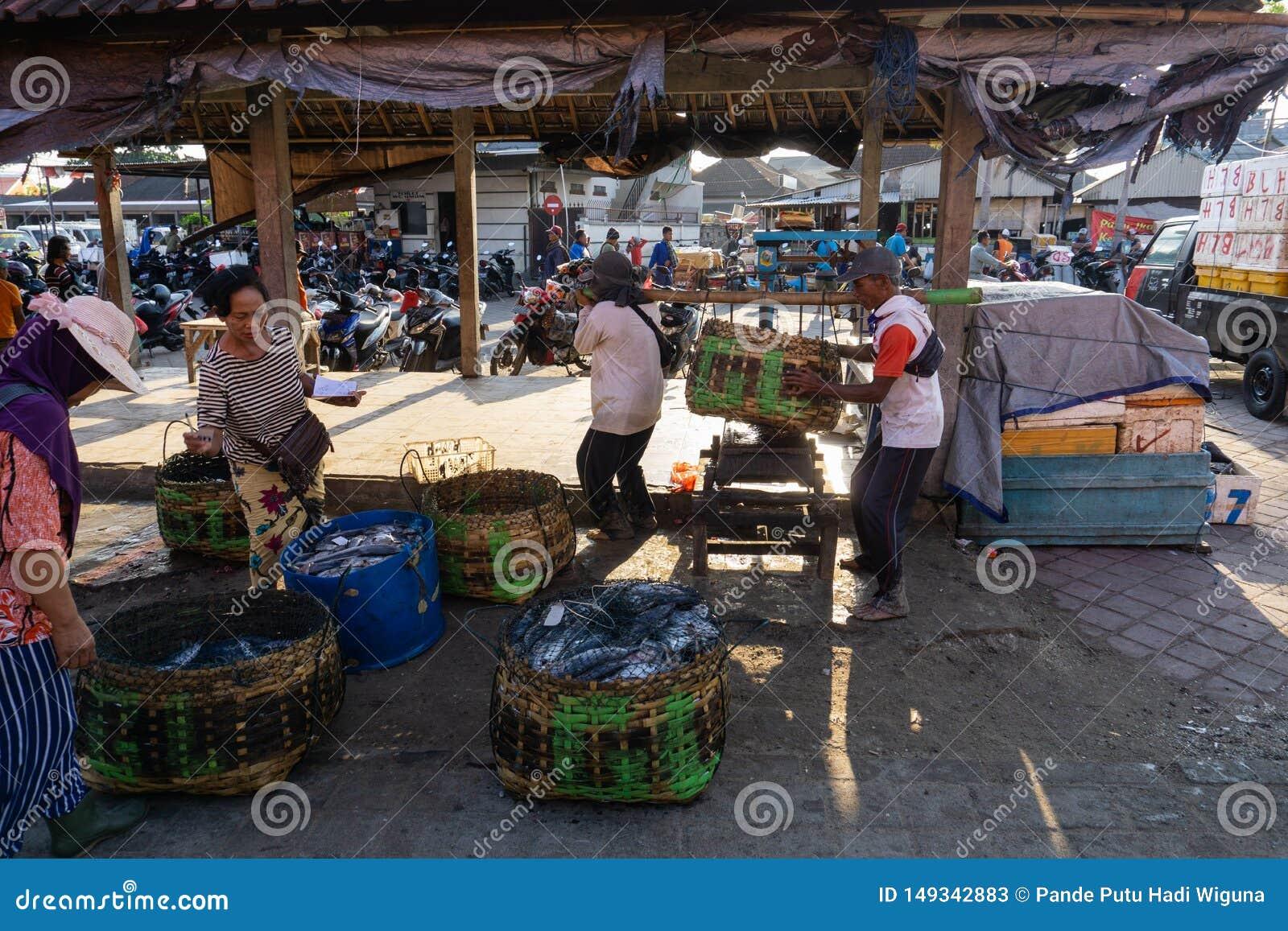 BALI/INDONESIA- 15 MAGGIO 2019: Il fermo dei pescatori immediatamente è pesato al sito dell asta di pesce Il fermo dei pescatori,