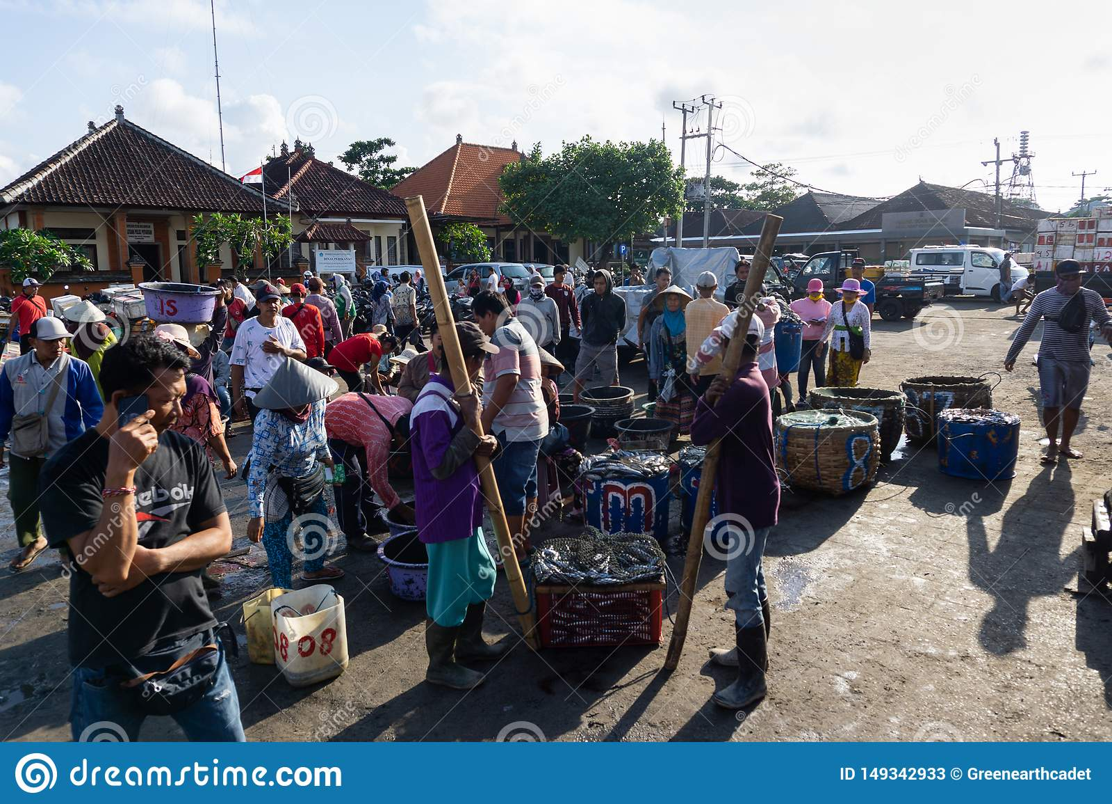 BALI/INDONESIA- 15 MAGGIO 2019: Pescatori che hanno finito la pesca immediatamente per vendere il loro fermo Hanno fatto la coda
