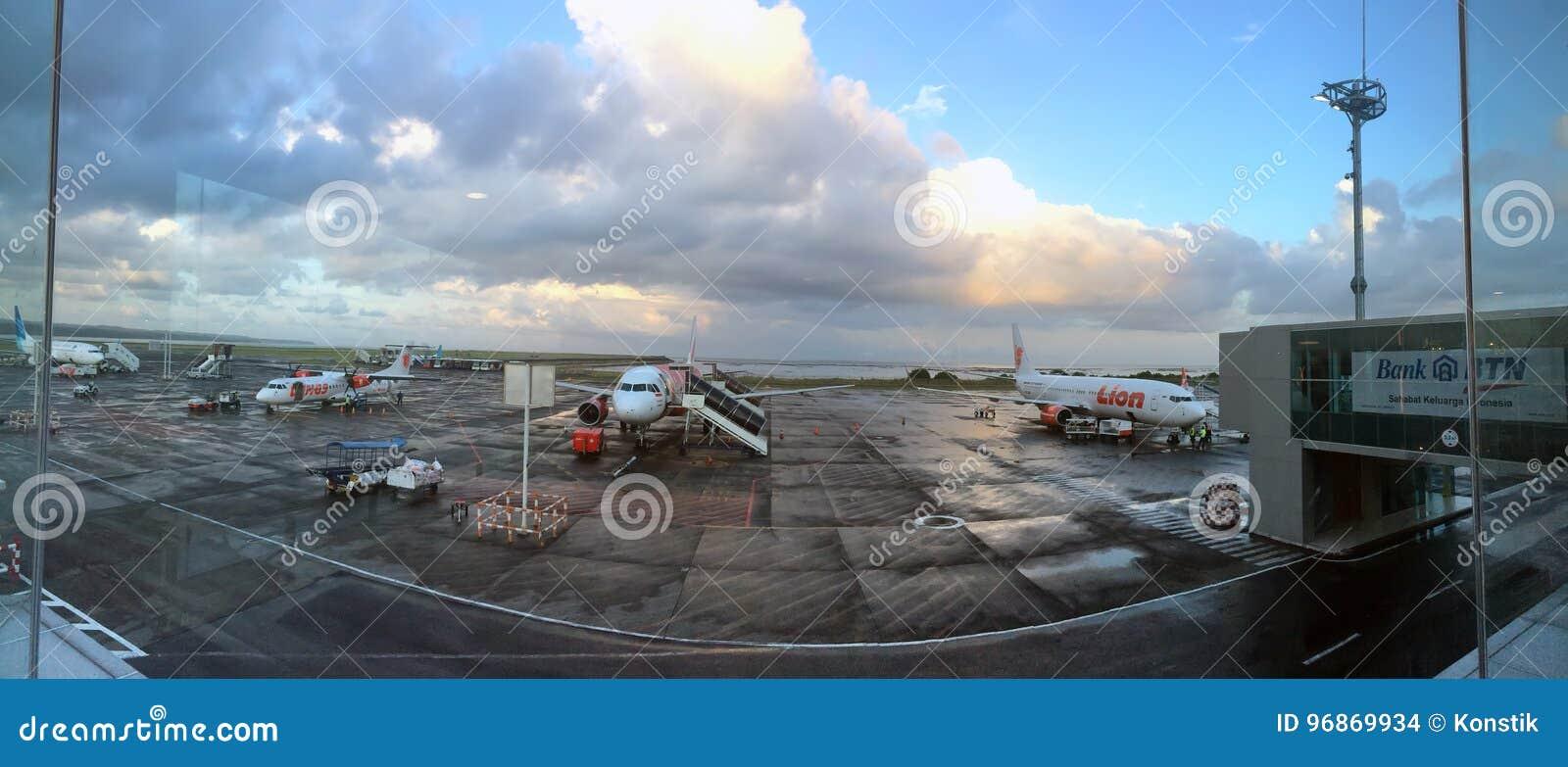 BALI 19 OKTOBER, 2016: Vliegtuigen bij de luchthaven Denpasar, Bali, Indonesië