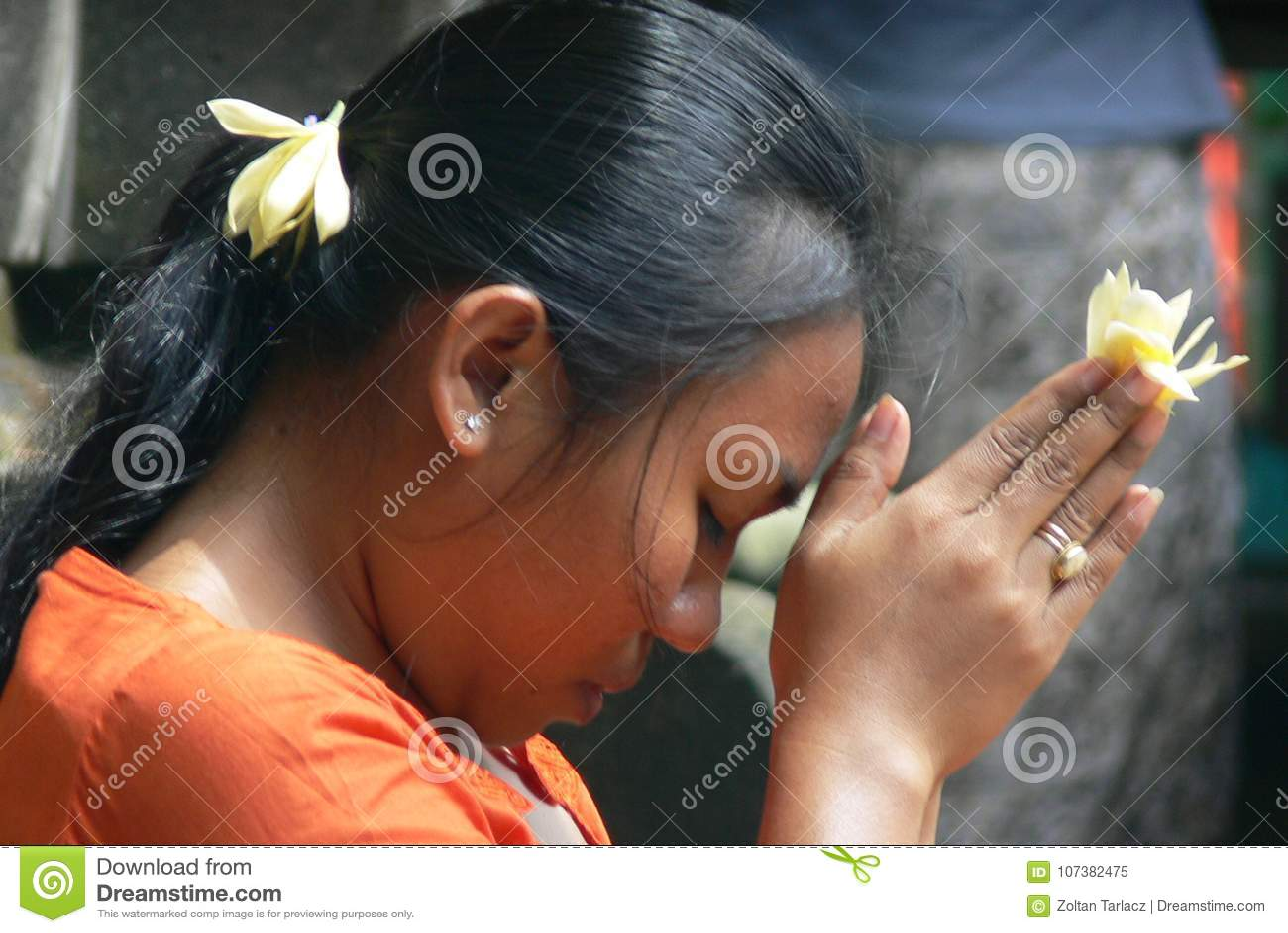 Balijczyk dziewczyny modlenie - zakończenie up