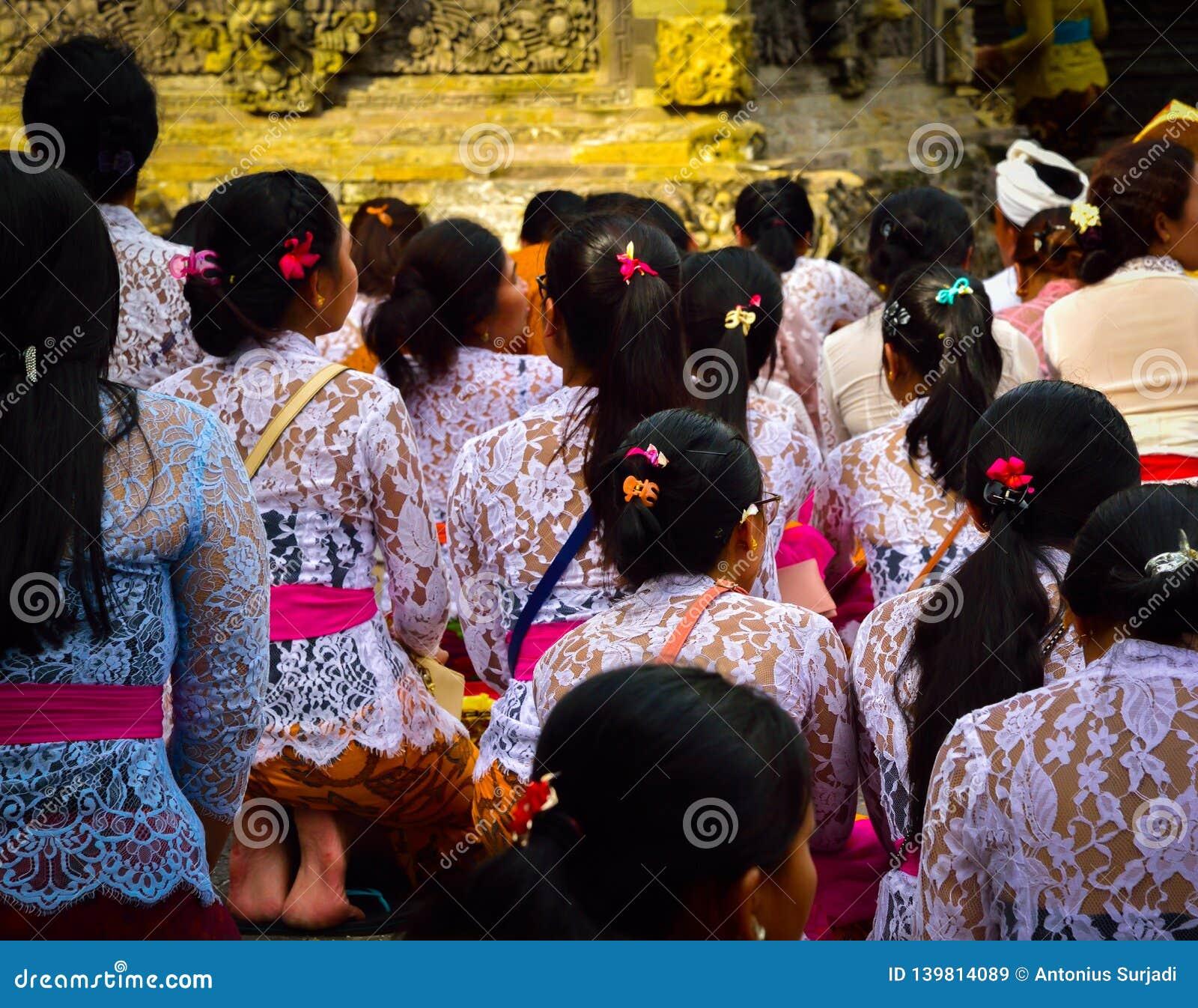 Balijczyk kobiety bierze skąpaniu z świętą wodą świętą świątynię