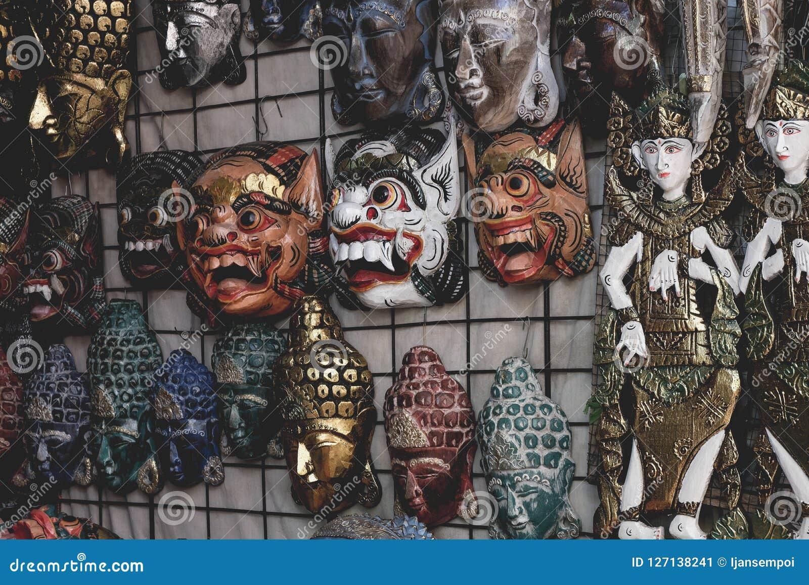 Balinese маскирует деревянное