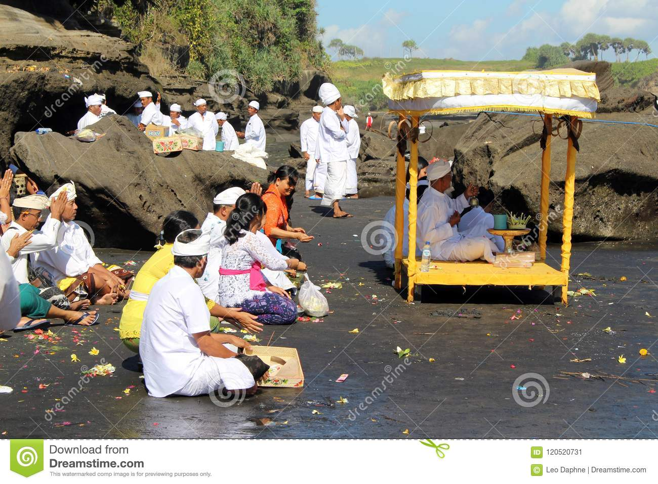 Balinese Hindoese priesters die rond iconische Pura Tanah Lot bidden